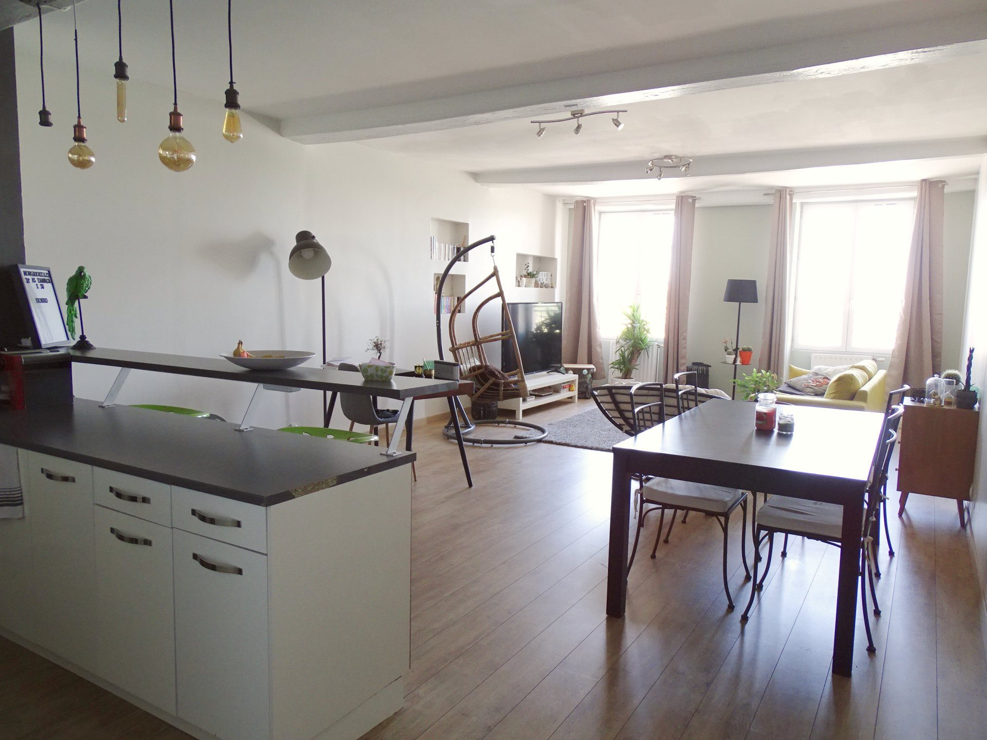 SOUS COMPROMIS DE VENTE  Mâcon - centre ville, venez découvrir cet appartement rénové avec goût d'une surface de 86 m² environ. Disposant d'une très belle vue sur la Saône, il se compose d'une agréable et lumineuse pièce de vie avec cuisine, d'une spacieuse chambre de 21 m² avec son dressing, d'une salle d'eau ainsi que d'un toilette séparé. Petite copropriété à faibles charges ( les charges sont de 180 euros/trimestre - 5 lots). Honoraires à la charge du vendeur.