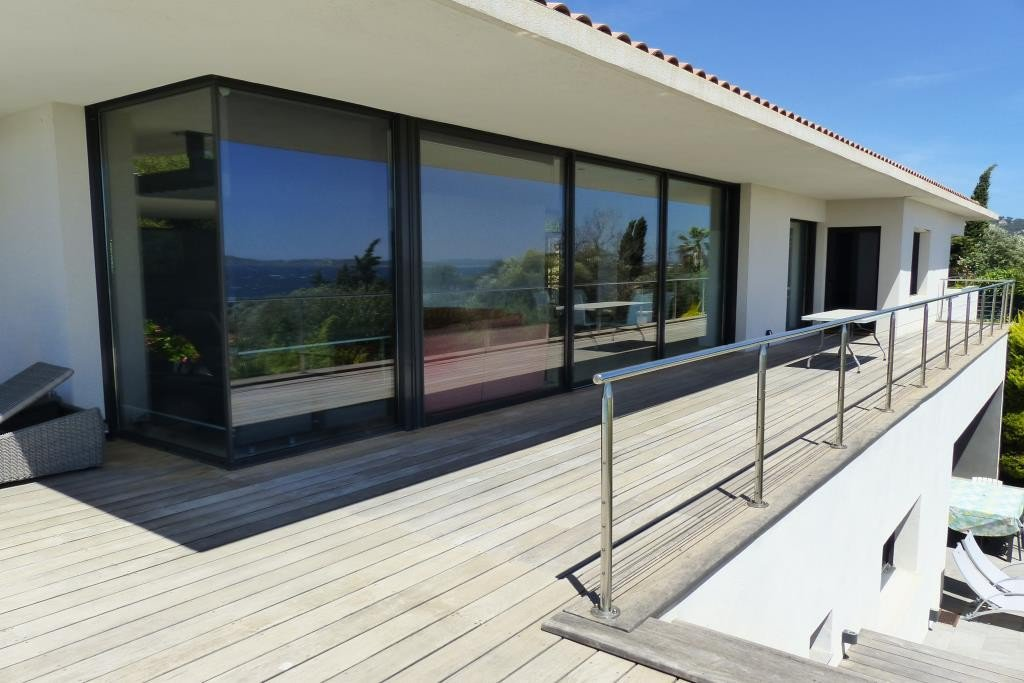 Recent contemporary villa with panoramic sea view