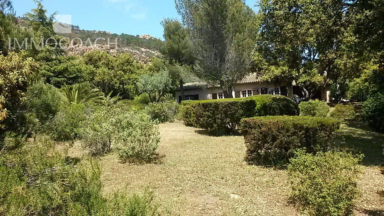 Provencal house on a land of 4.000 m2 with sea view