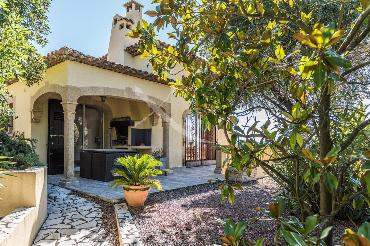 Villa 8 rooms with splendid sea view in a secured domain in the heights of Agay