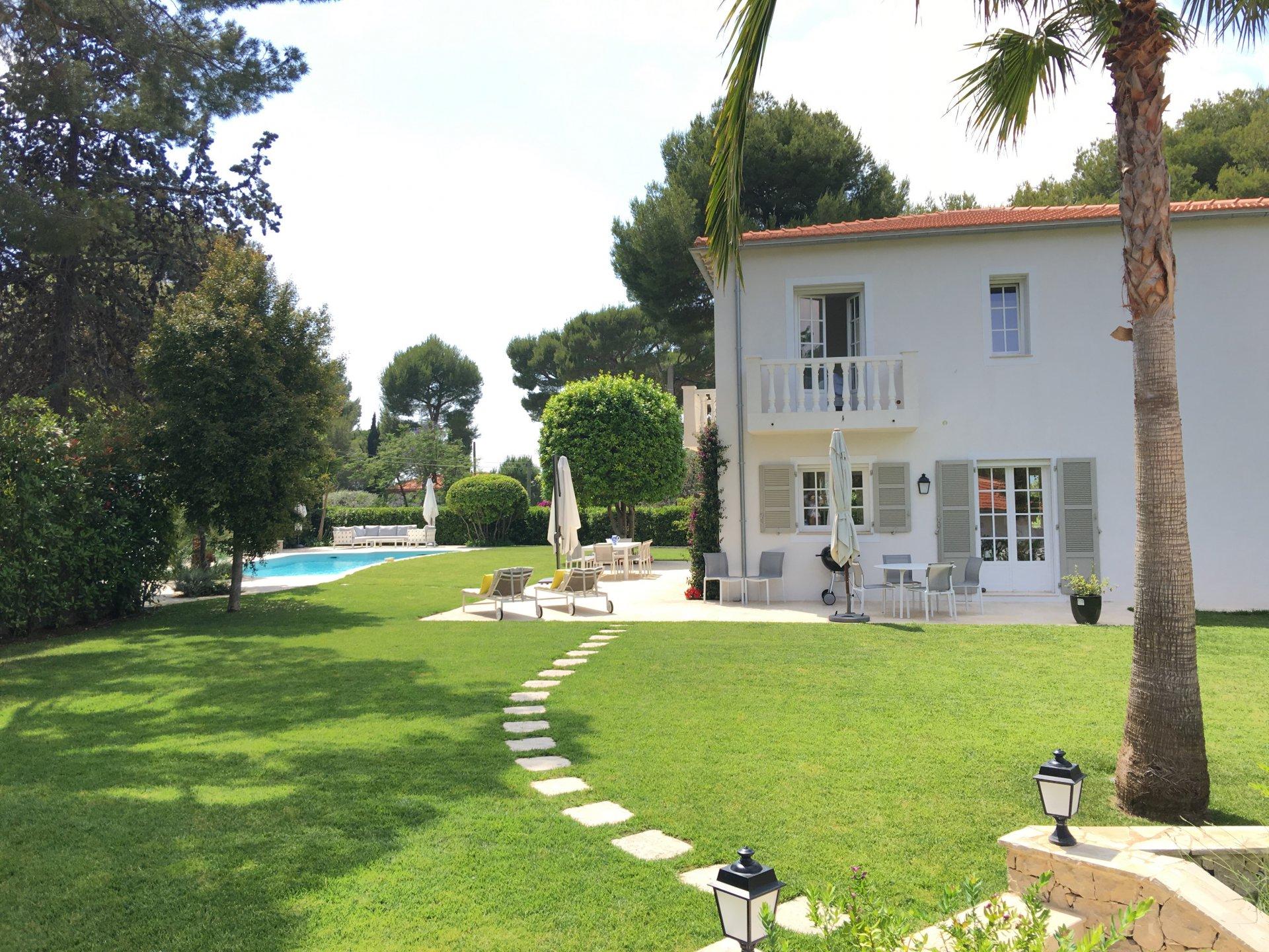 Villa 6P / 5 salles de bains avec piscine au Cap d'Antibes - ID Villa Caroline
