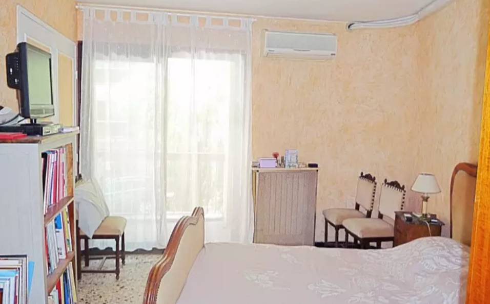 Two bedroom, one bathroom apartment with two balconies in Antibes.