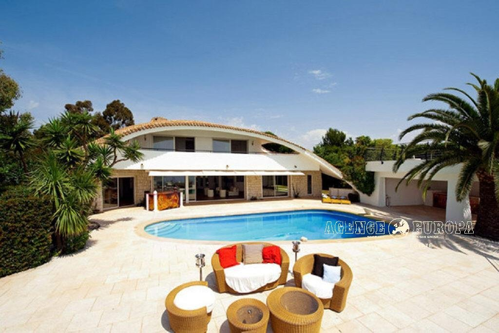 SUPER CANNES - EXCEPTIONAL ARCHITECTURE FOR UNIQUE VILLA OF 450 ²