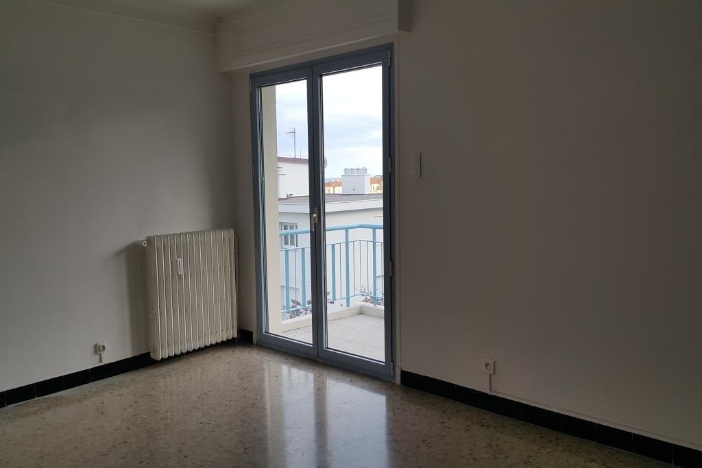 BOULEVARD TZAREWITCH Beau 2 pièces situé au 5ème et dernier étage d'un immeuble avec ascenseur.