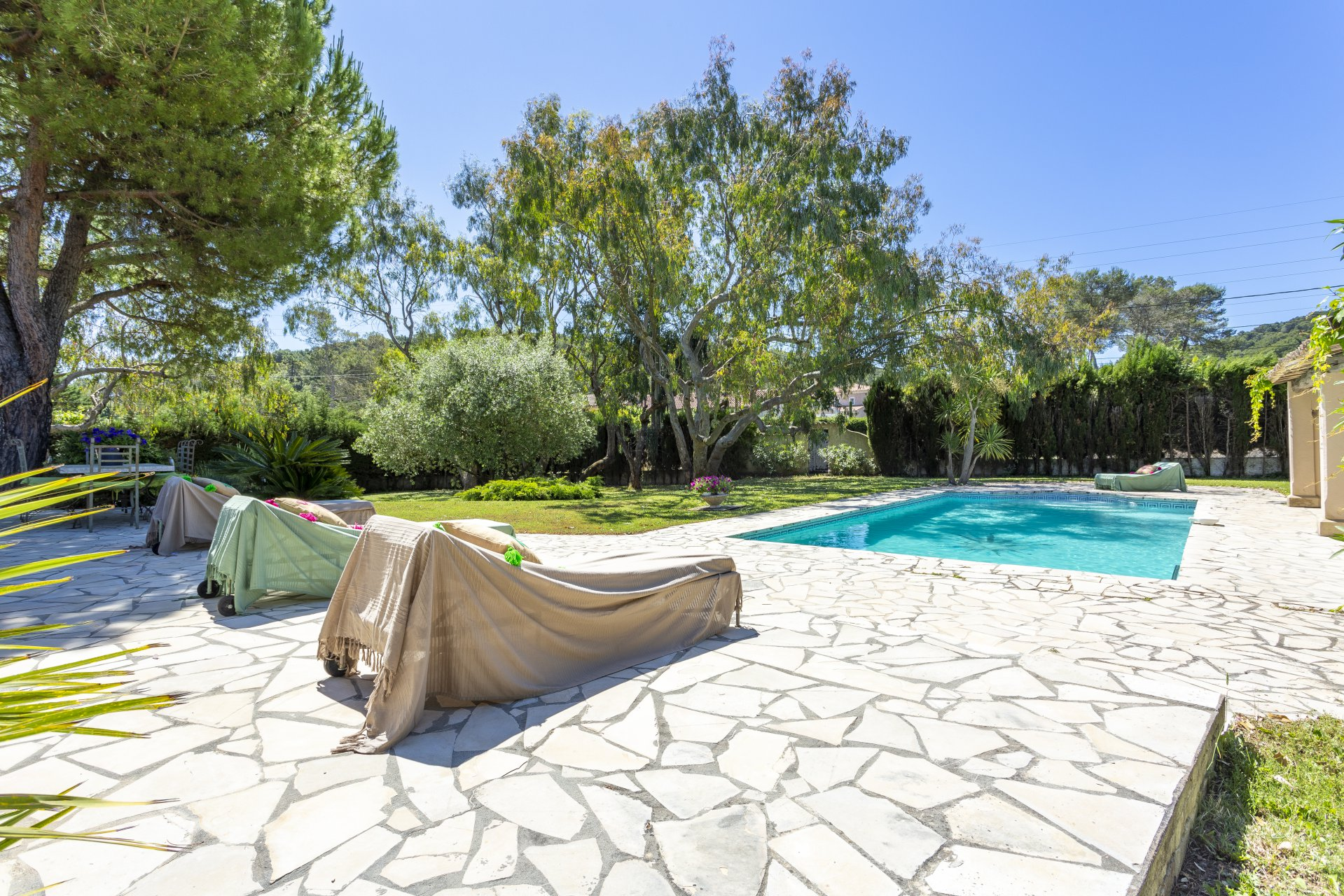 MOUGINS - BEAUTIFUL SINGLE STOREY VILLA