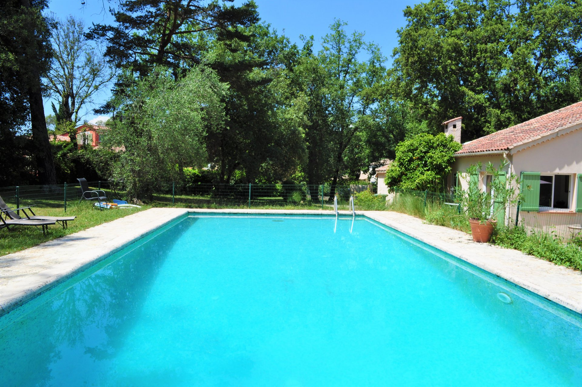 MOUGINS - PRIVATE DOMAIN ON THE EDGE OF GOLF