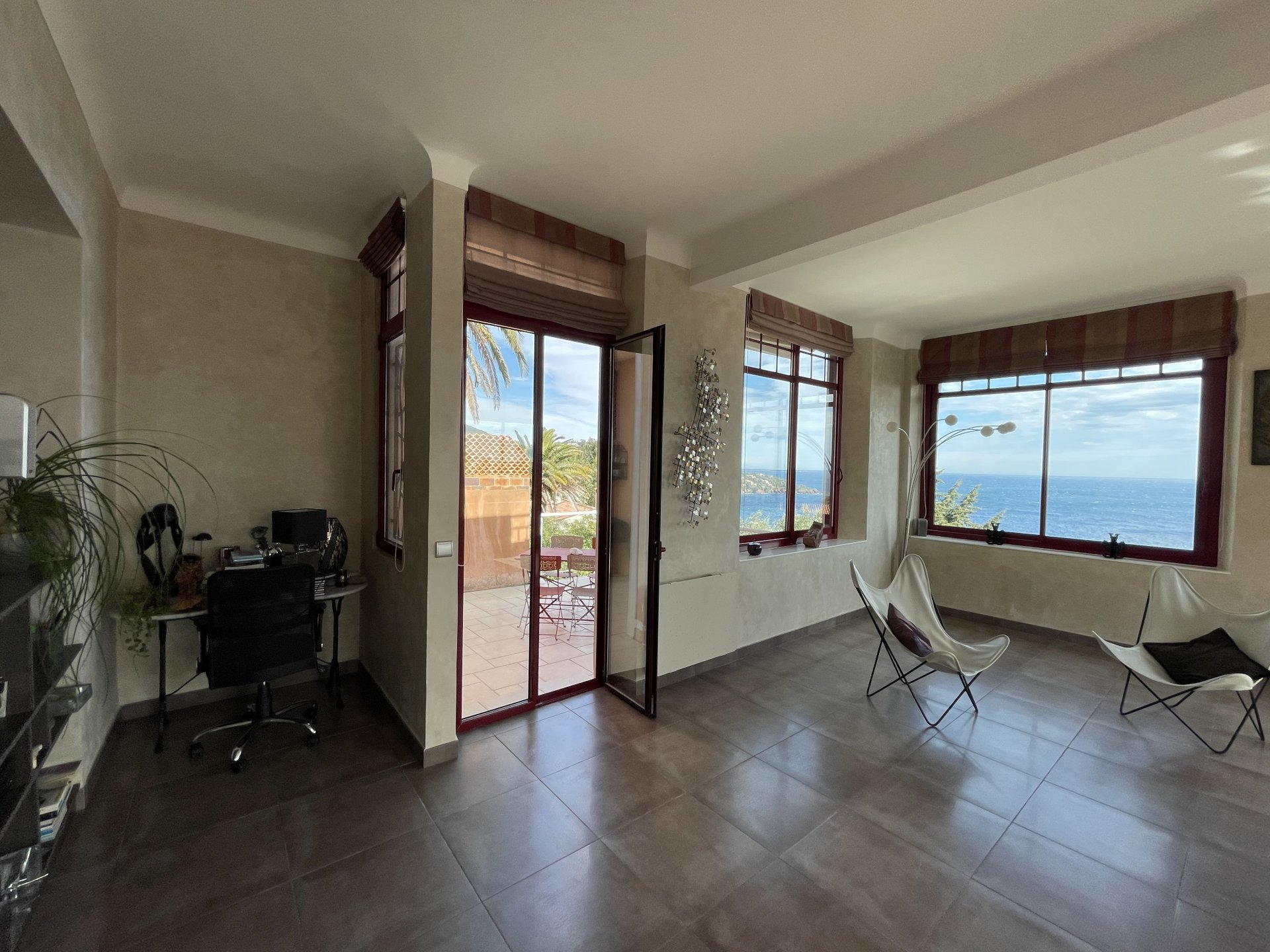 2 rooms  98,28 m² + furnished annex. Car park.