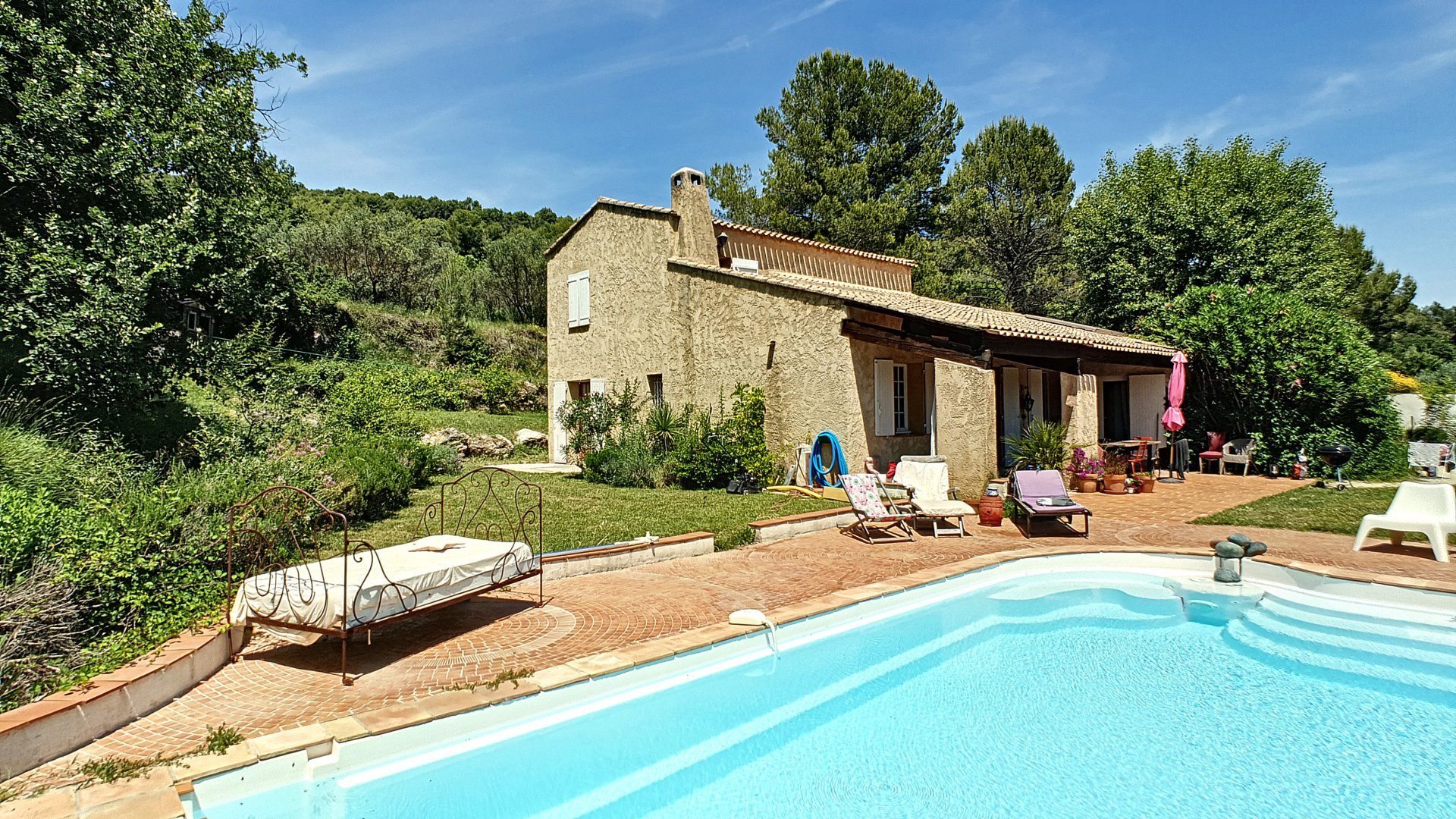 Charming house with pool in nice calme area