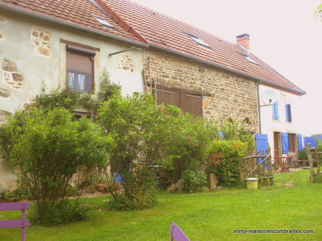 Beautiful house with 2 gîtes for sale in the Puy de Dôme.