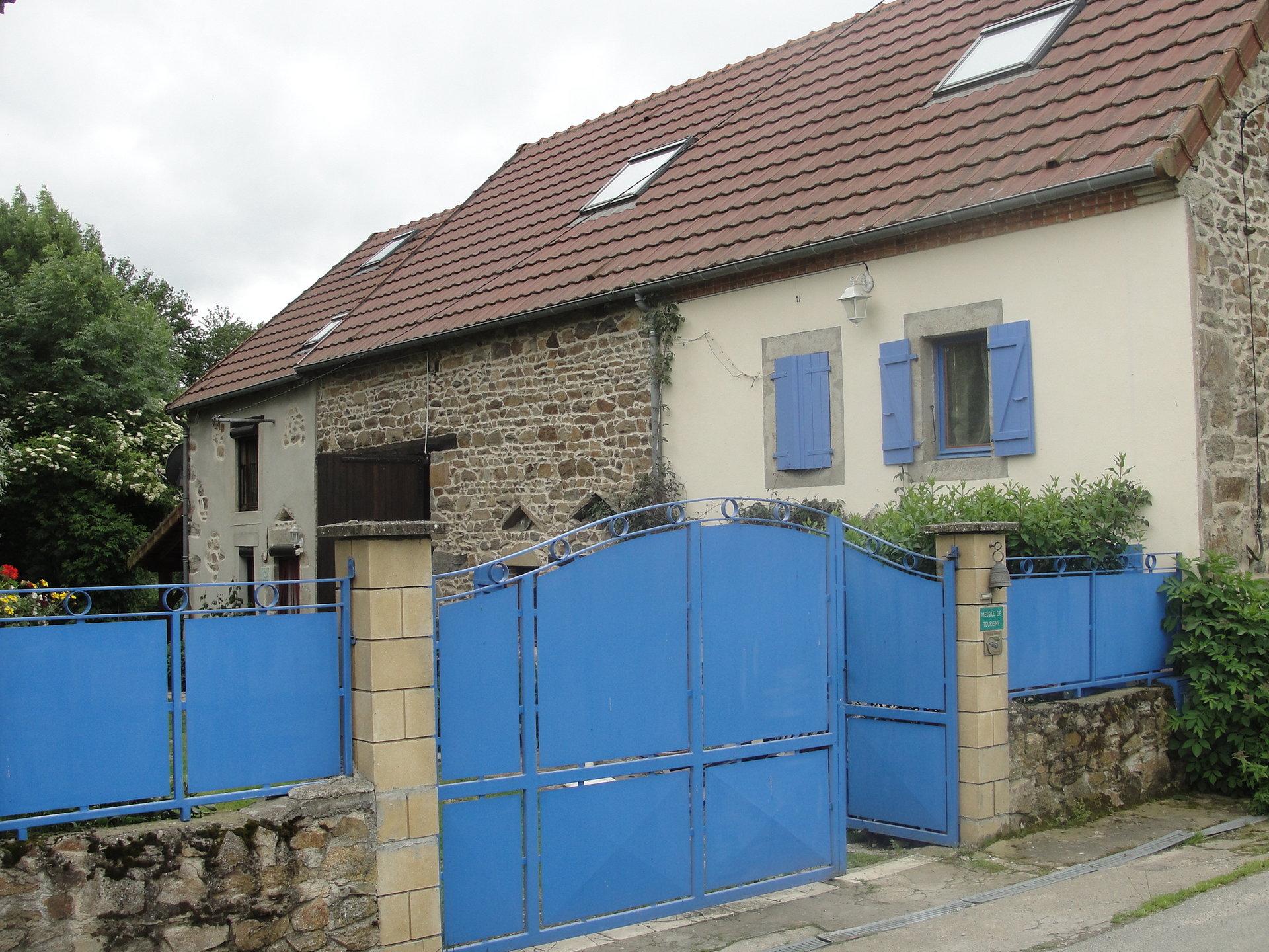 Mooi woonhuis met 2 gìtes te koop in de Puy de Dôme.