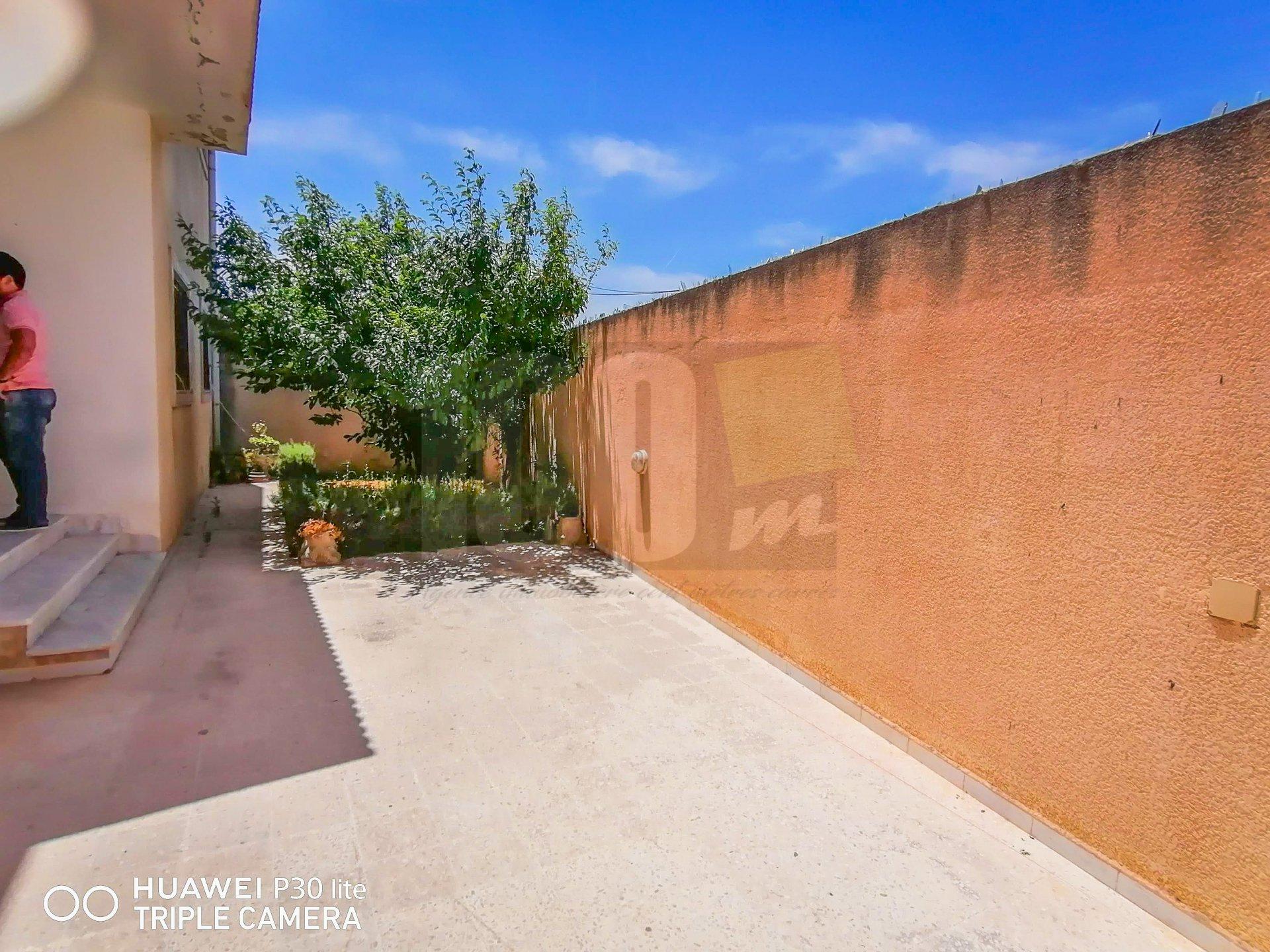 Vente Villa S+4 et local commercial de 40 m² à Raoued Plage