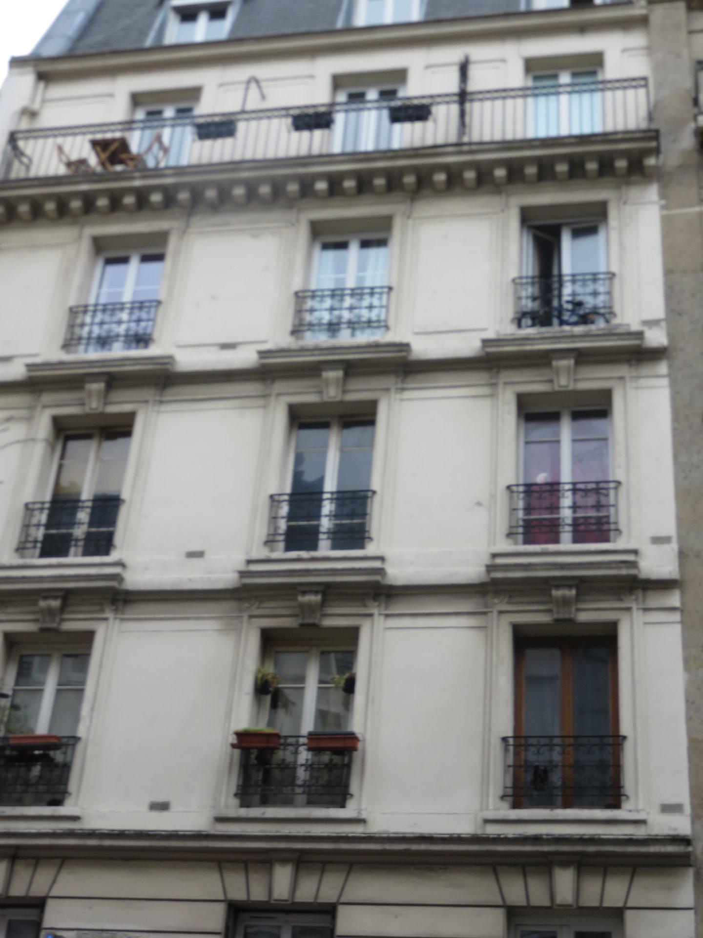 Paris - XVIII ème - M° Chateau Rouge - 3 Pièces - RDC sur cour - À rénover - 2 Chambres en enfilade - Calme