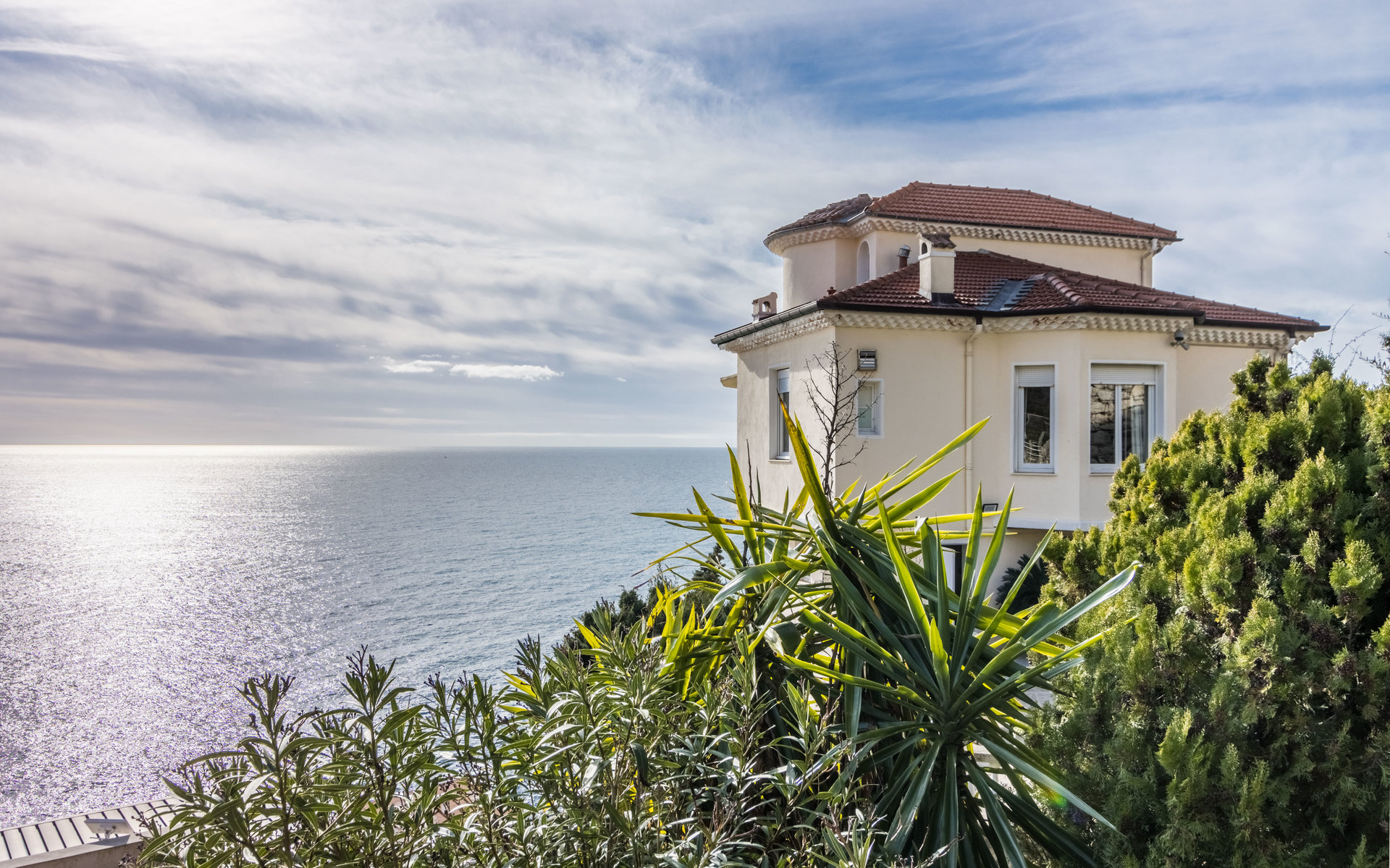 Cap de Nice, exceptional villa with panoramic sea views, swimming pool and direct access to the sea.