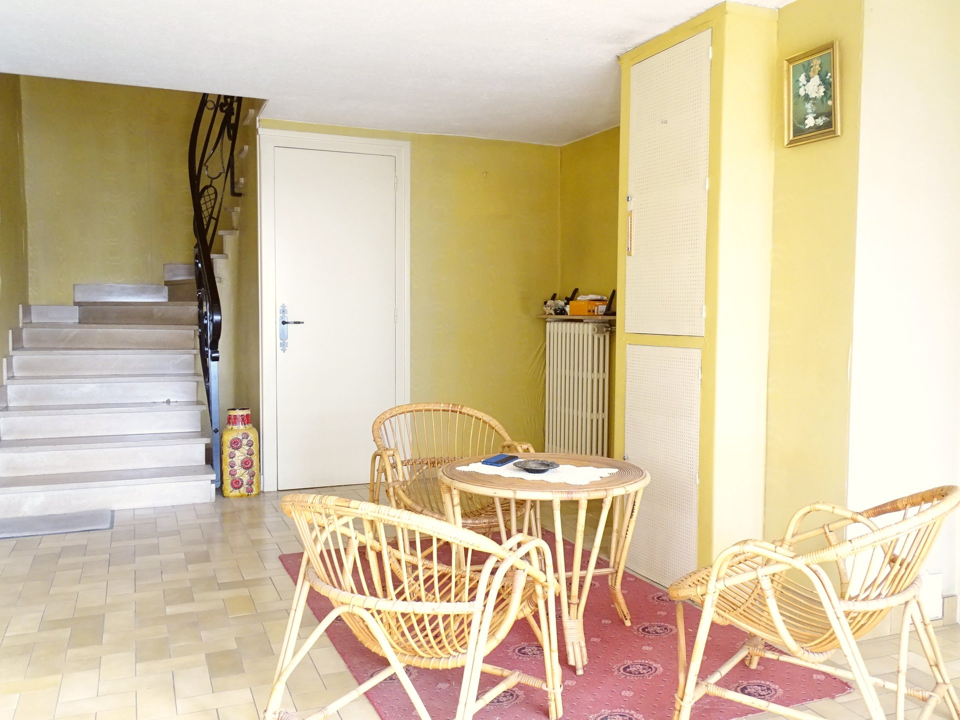 A 10 mn du centre ville de Mâcon tout en étant au calme et à proximité de toutes les commodités, maison disposant d'un très beau potentiel !  Elle dispose de deux parties, la principale se compose d'un séjour et d'une cuisine donnant tous deux sur une terrasse exposée plein sud, de trois chambres (dont une en RDC) et d'une salle de bains. La seconde partie fait environ 150 m² et est utilisée aujourd'hui en garage, espace de stockage, ateliers.  Il y a la possibilité de l'aménager totalement et d'en faire une très belle partie habitable ou de la garder pour y faire son activité.  Cette habitation a été construite sur un beau jardin de 1069 m² entièrement clôturée et sans nuisances.  A visiter pour se rendre compte des nombreux atouts et possibilités qu'offre cette maison !  Honoraires à charge vendeurs.
