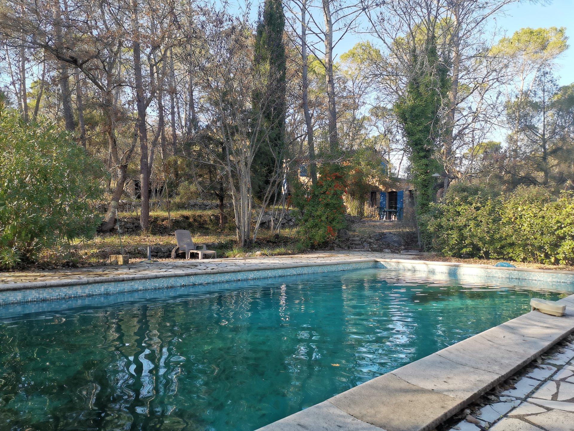 LORGUES, ancienne bergerie avec piscine située sur 5500 m² de terrain