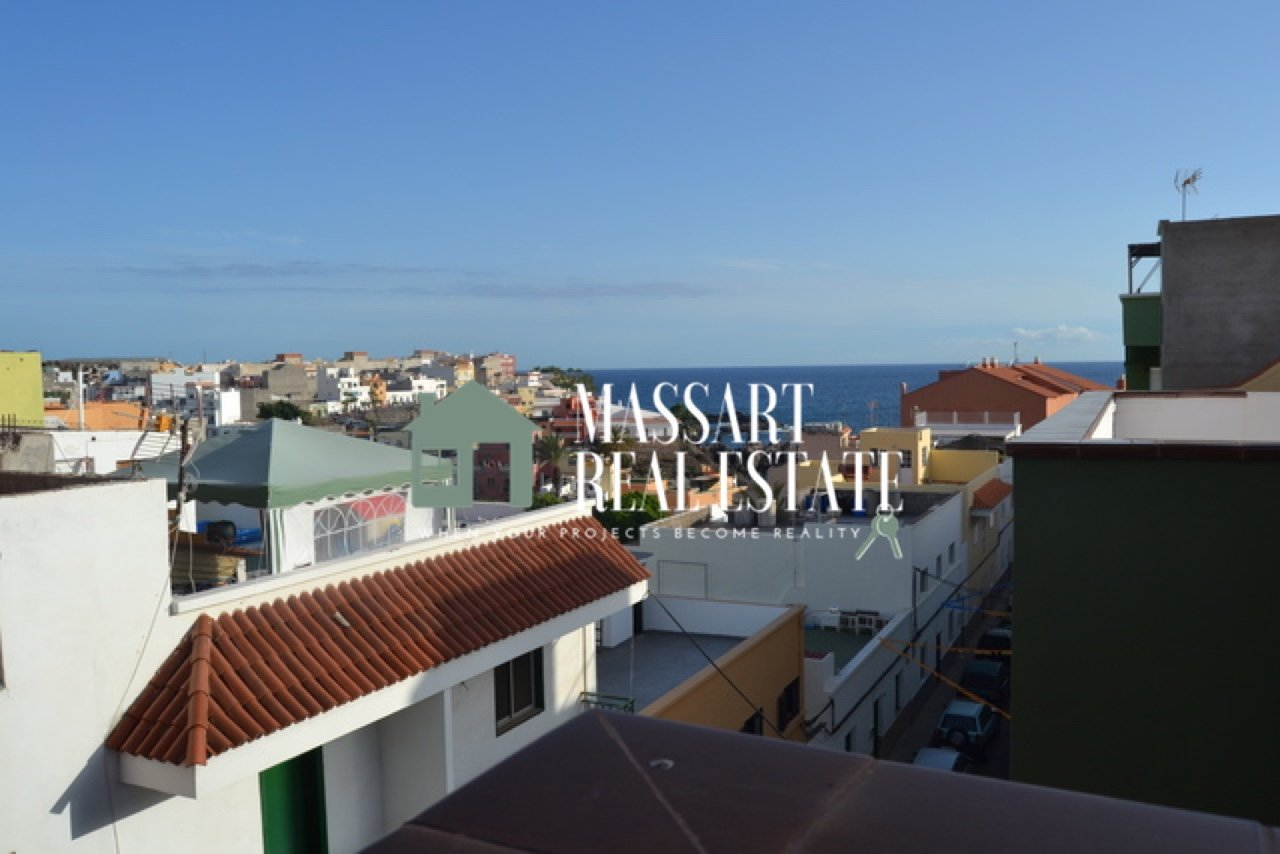 For rent in the wonderful coastal town of Alcalá, an apartment of about 75 m2 located very close to the beach, in a building characterized by its tranquility.