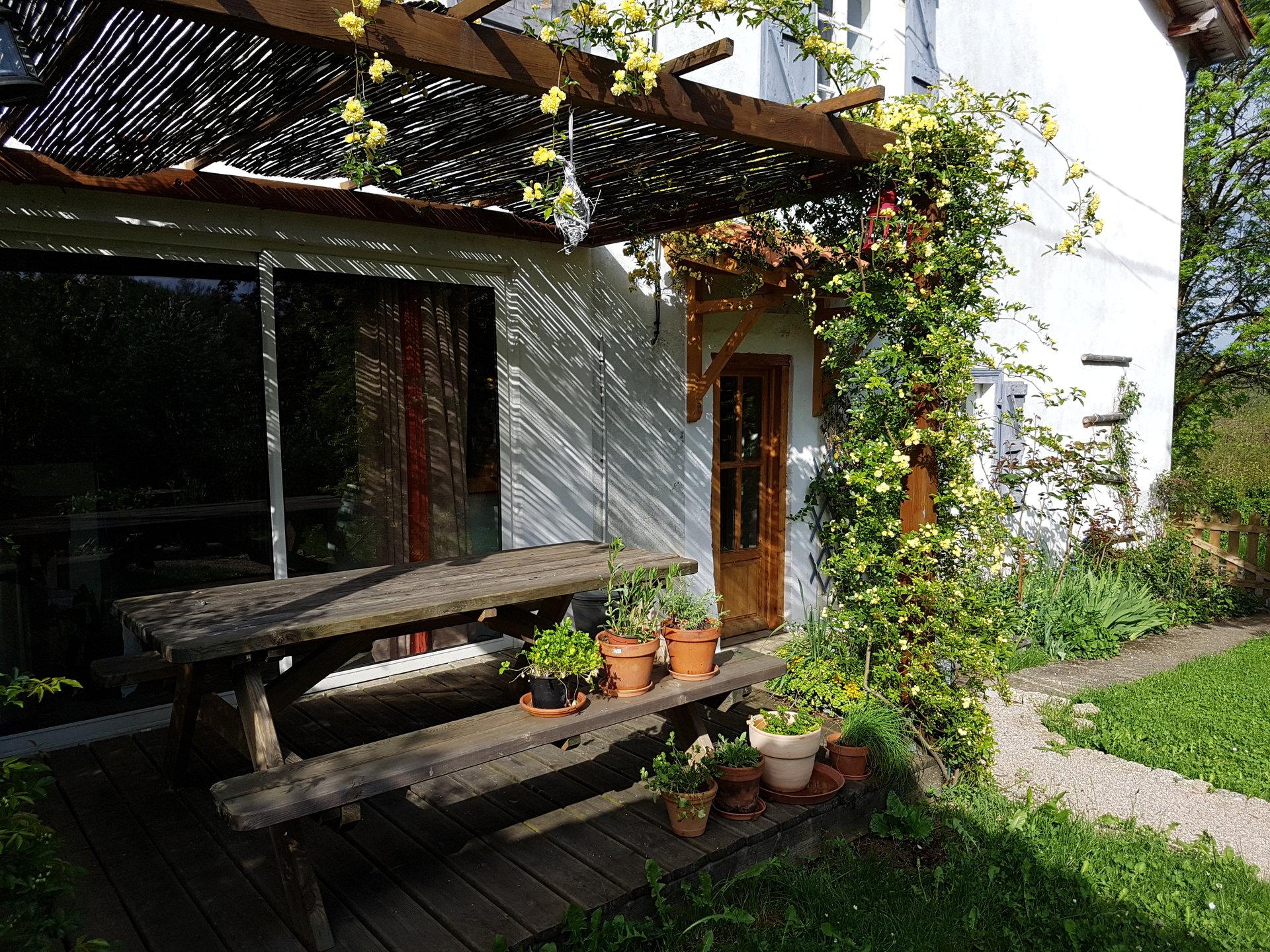 Charmante maison, rénovée avec goût et son jardin attenant