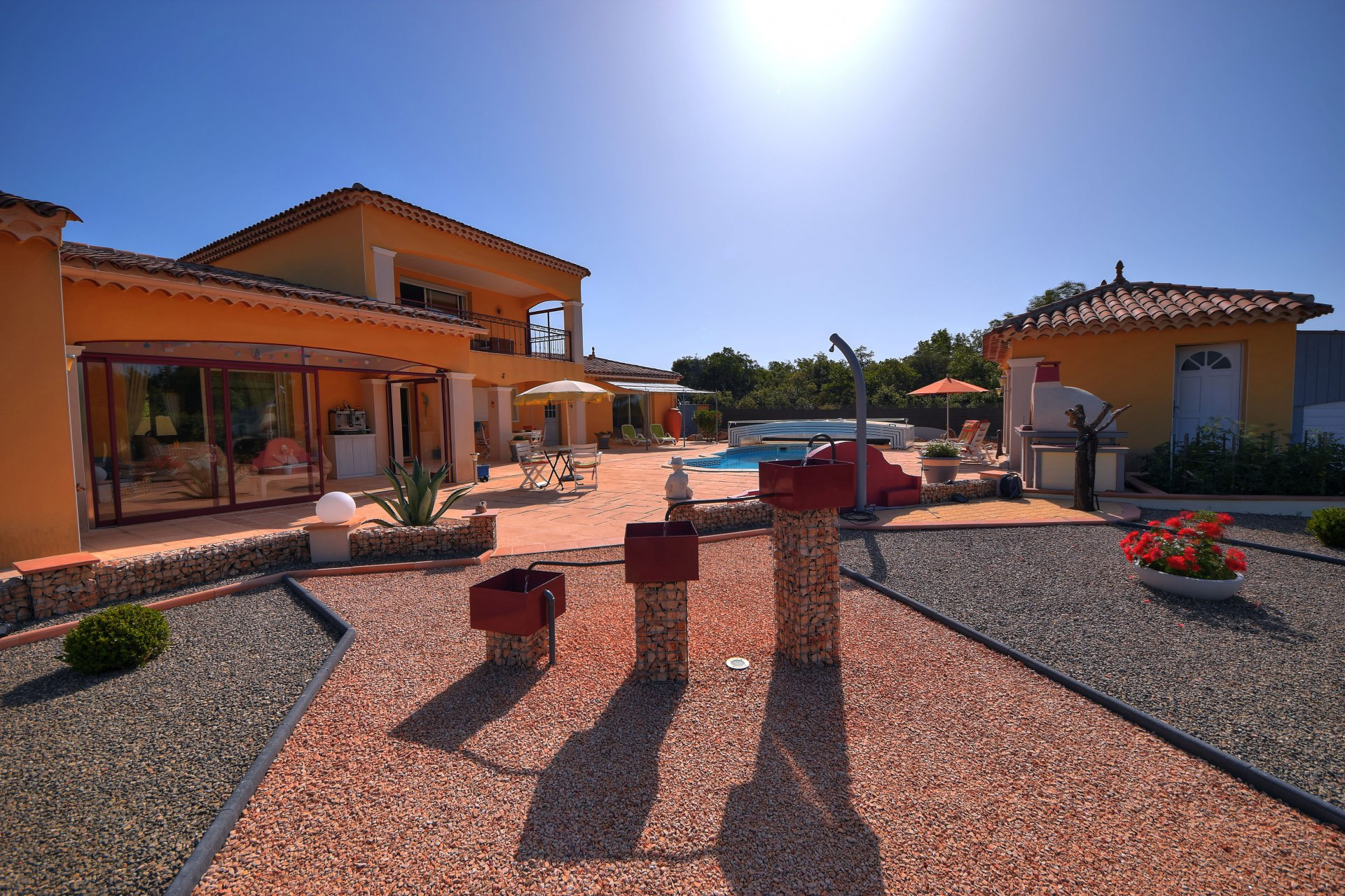 Villa 245 m² with independent studio, pool, annexes, near Aups