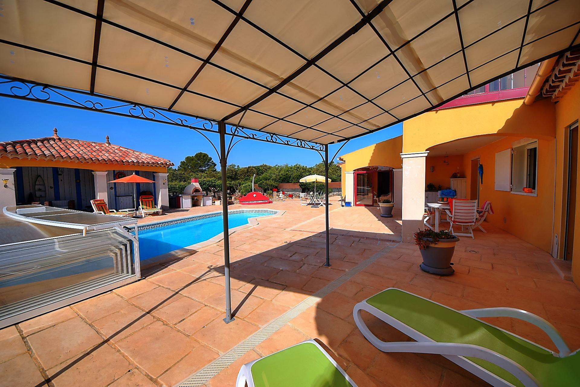 Villa 245 m² avec studio indépendant, piscine, annexes, proche Aups