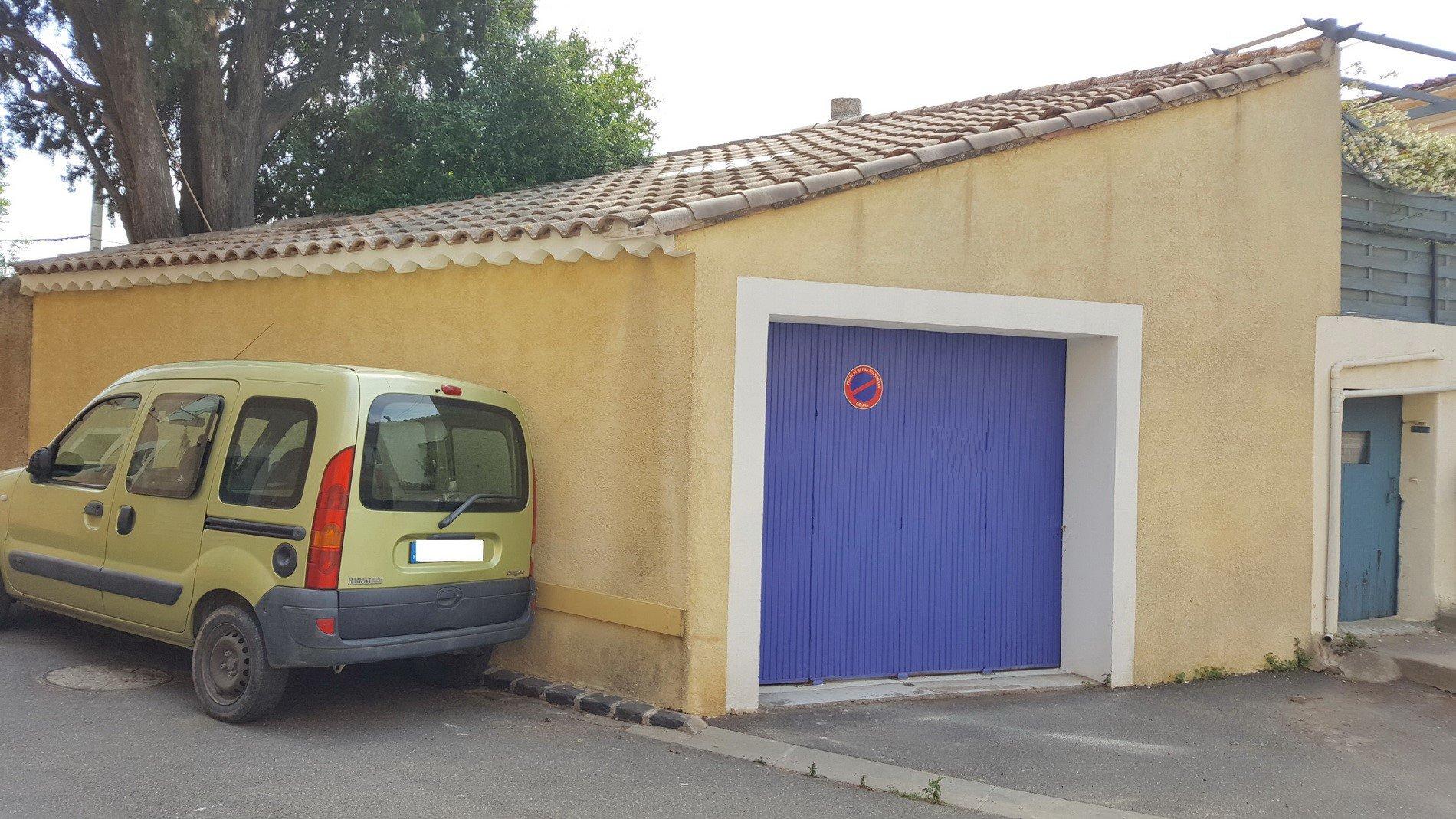 Byhus med garage och terrass
