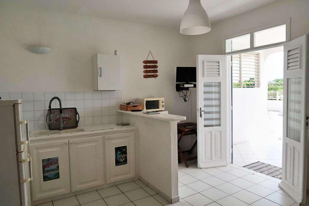 Séjour/cuisine T2 résidence touristique proche plage Sainte-Anne