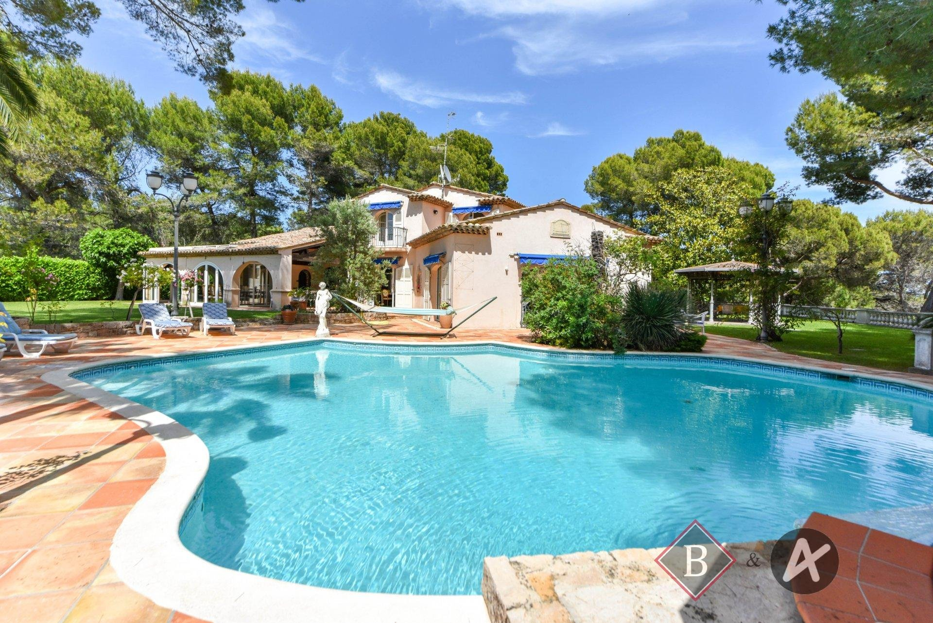 For sale Mougins peaceful location in the heart of a secured domain