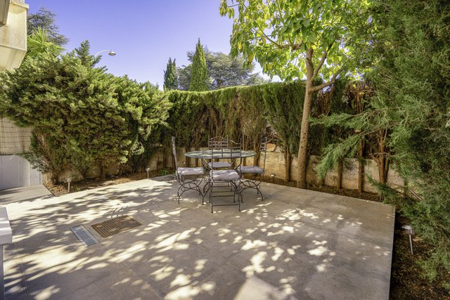 ONE BEDROOM APARTMENT WITH GARDEN
