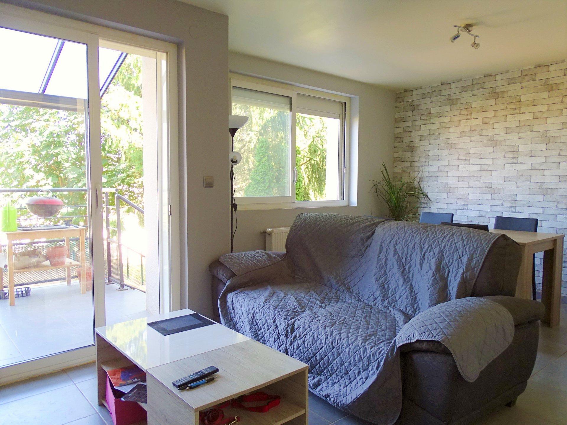A pied du centre de Charnay, maison totalement rénovée en 2016, avec jardin.  Elle se compose d'une entrée desservant une cuisine totalement équipée, d'une grande buanderie - chaufferie, d'une pièce à vivre donnant sur une jolie terrasse, de deux salles de douche puis de trois chambres.  La maison s'ouvre sur deux jardinets avec terrasses (à l'est et à l'ouest).  La plupart des travaux date de 2016-2017 (façade, huisseries, isolation, aménagement extérieur..), il ne reste plus qu'à poser ses valises ! Honoraires à charge vendeurs
