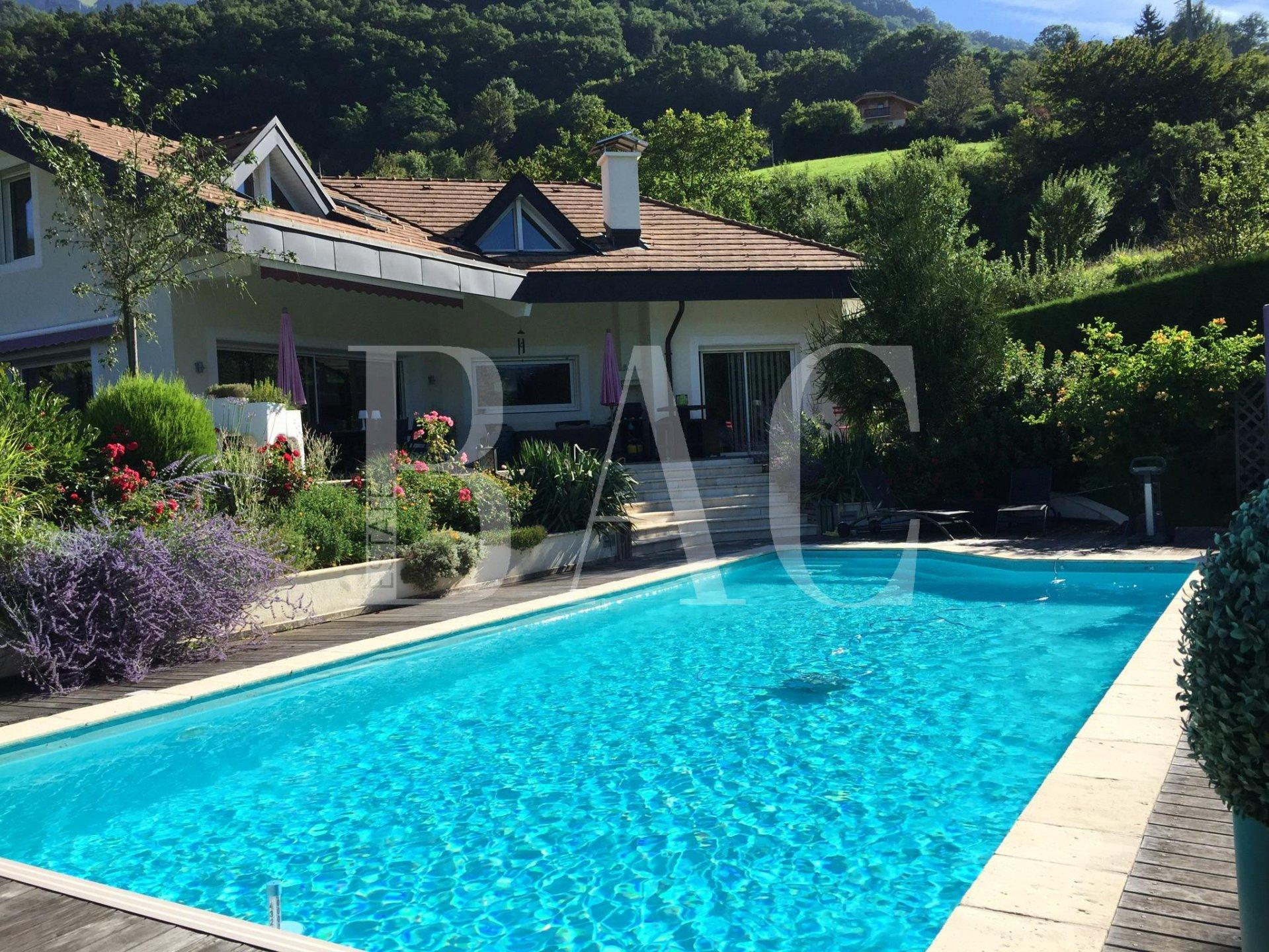 Propriété d'exception à PASSY de 226 m² avec piscine, plein sud. 5 chambre dont une Master Room. Très bel ensoleillement.