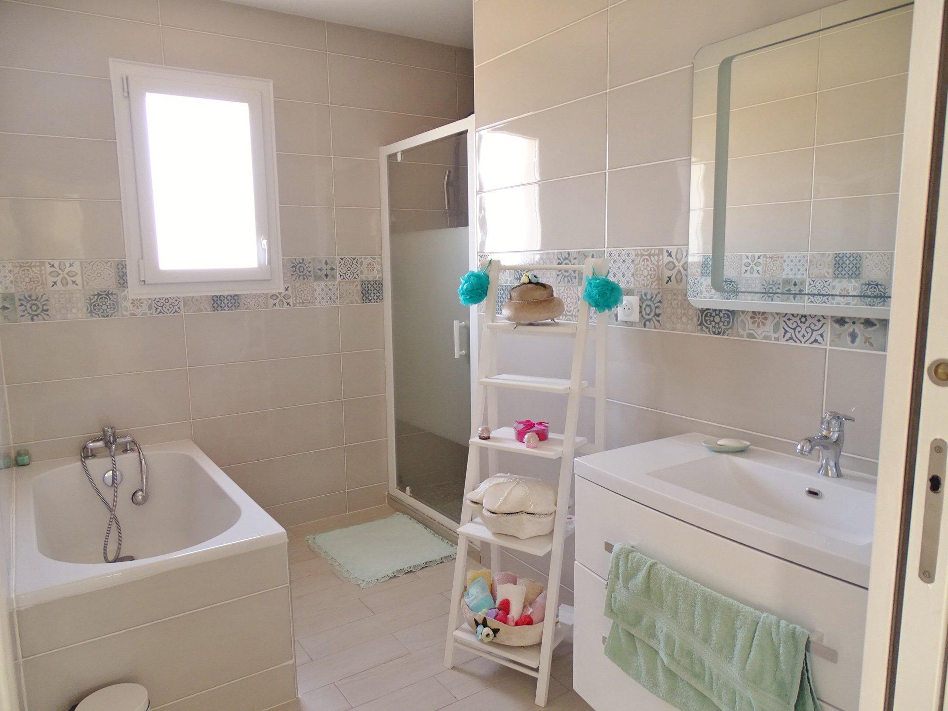 Située au calme et hors lotissement, cette maison construite en 2017 offre de plain pied une belle entrée avec rangements, puis un séjour très lumineux ouvert sur une cuisine équipée. L'ensemble donne directement sur une terrasse bien exposée. A l'étage vous découvrirez 3 chambres (11 m², 12,2 m² et 12,6 m²) et une très belle salle de bains avec baignoire et douche. Garage attenant et buanderie très fonctionnelle. Chauffage au sol par pompe à chaleur. Petit terrain facile d'entretien. Honoraires à la charge des vendeurs.