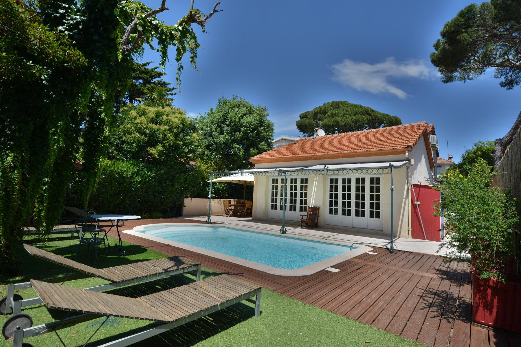 JUAN LES PINS - Villa with swimming pool