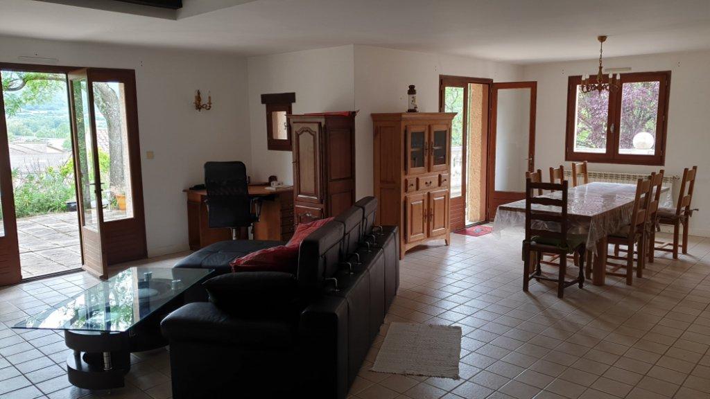 Villa med stor naturtomt och stor källare.