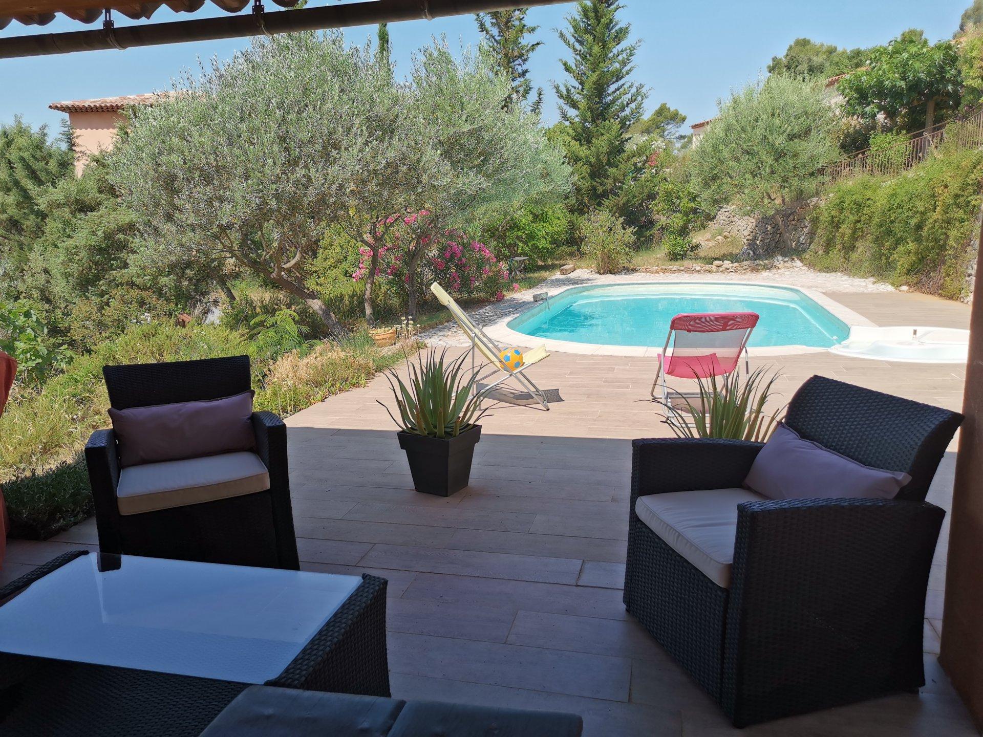 ENTRECASTEAUX, jolie maison d'architecte de 138 m² avec 3 chs piscine sur 4216 m²