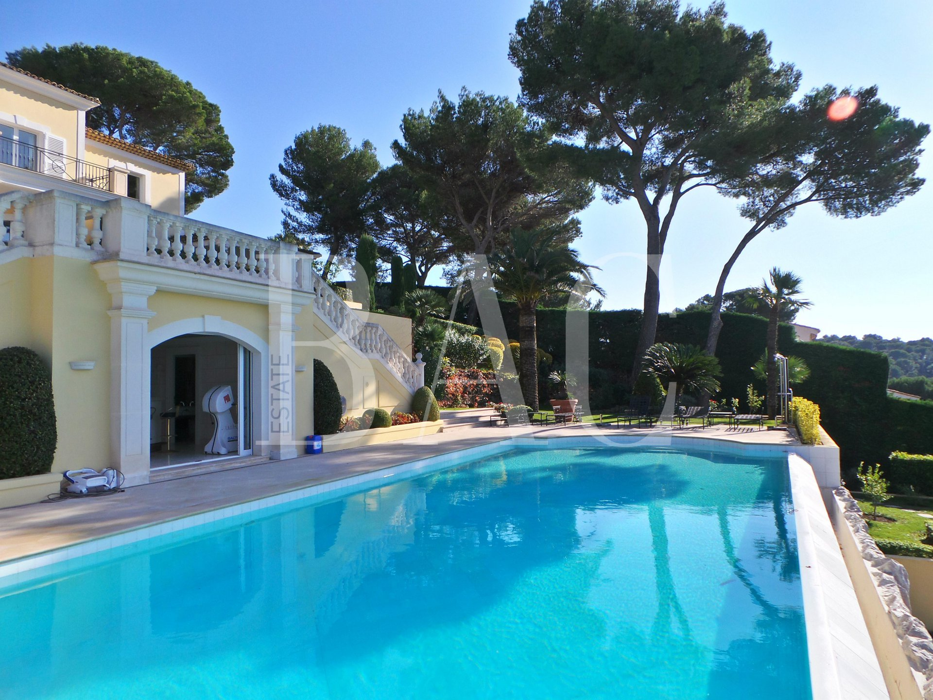 Somptuous villa on the heights of Cannes. I named it the Jade Villa (gemstone)