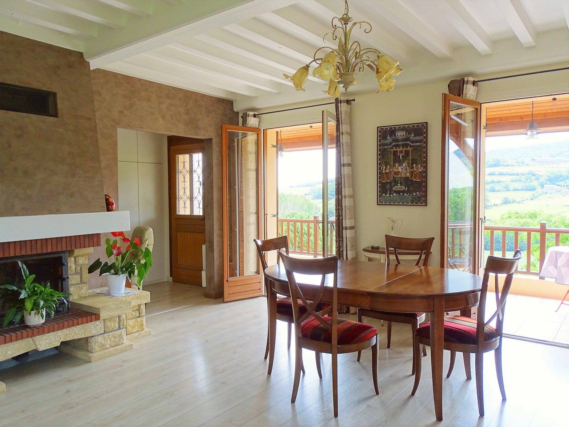 A 15 mn de Mâcon centre et de la gare TGV, belle maison en parfait état jouissant d'un environnement convoité et d'une superbe vue sur les monts du Mâconnais.  La maison offre une surface de 200 m² répartie sur 2 niveaux avec au rez de chaussée, une pièce de 45 m² et sa cuisine aménagée, suivi de trois chambres et d'une salle de douche. A l'étage, elle dispose d'une pièce à vivre principale, d'une cuisine entièrement équipée, d'une seconde salle de bain et de trois autres chambres.  Les deux niveaux donnent chacun sur une jolie terrasse et peuvent être complètement indépendants, permettant d'accueillir famille et amis.  La maison s'ouvre sur un terrain de 2000 m², parfaitement entretenu et joliment aménagé !  Produit coup de coeur de par son environnement et son potentiel !  Honoraires à charge vendeurs
