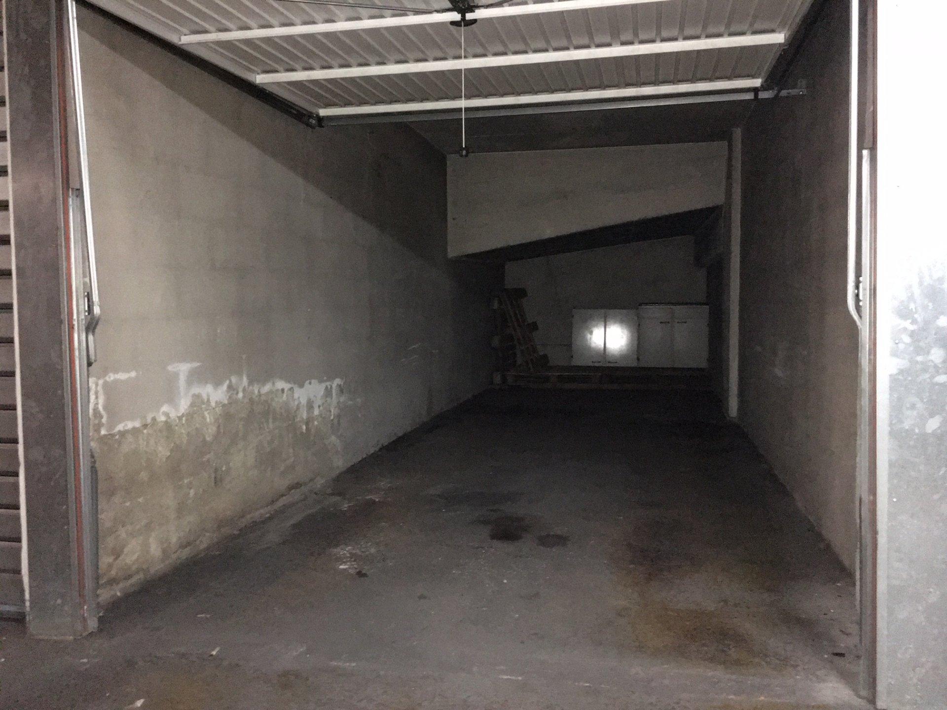 LIBÉRATION : GRAND GARAGE AVEC ESPACE CAVE - 21M²