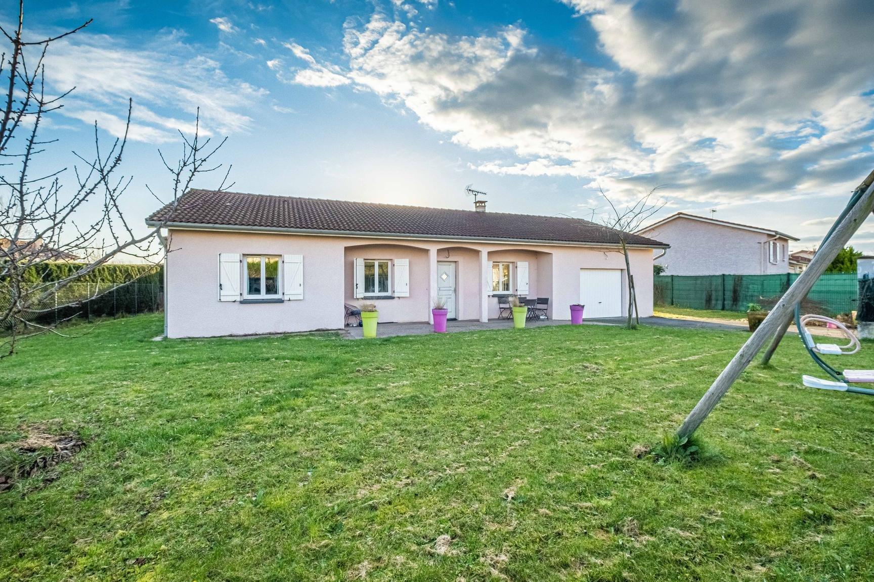 Maison de plain pied avec quatre chambre et garage