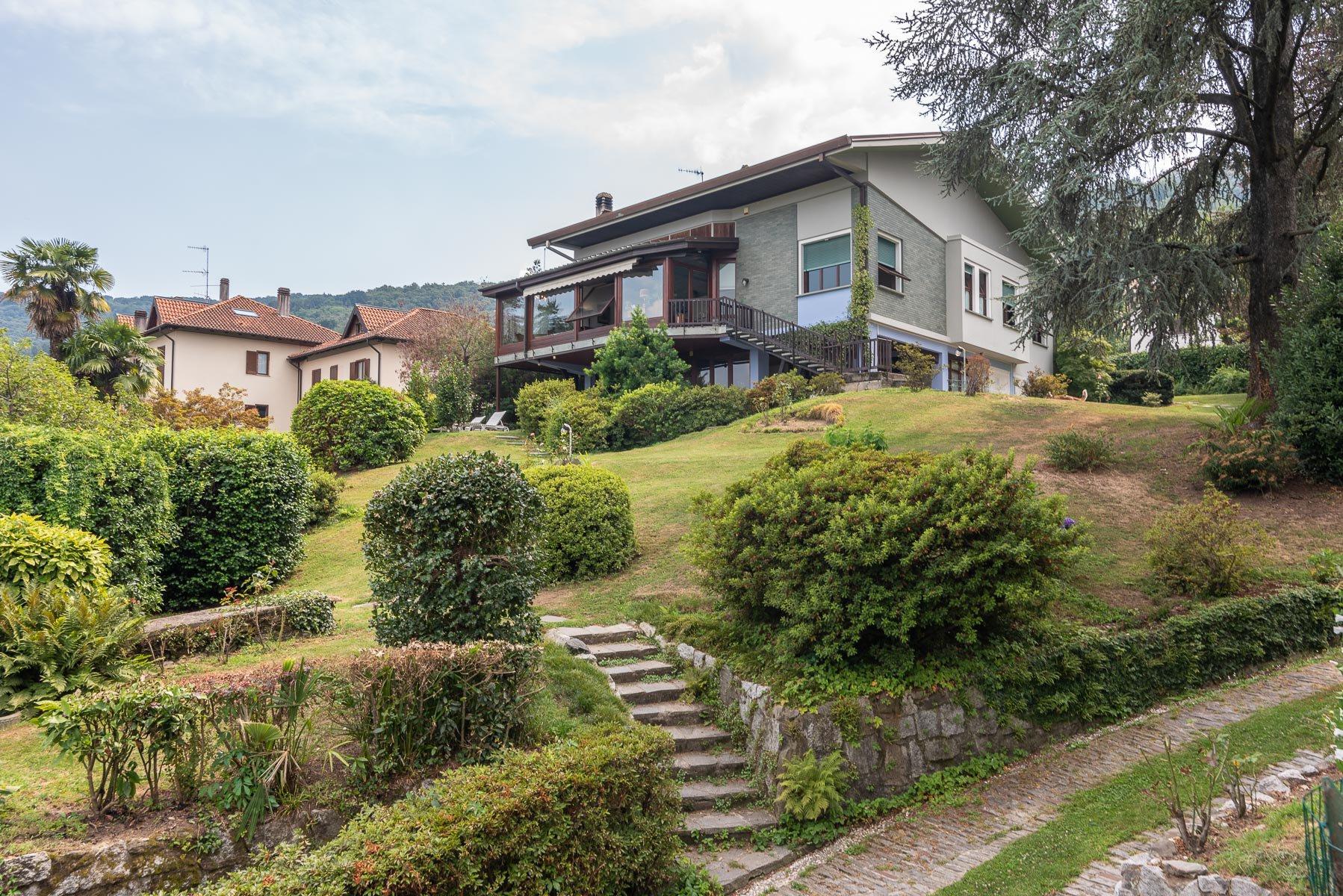 Villa signorile in vendita a Stresa con giardino