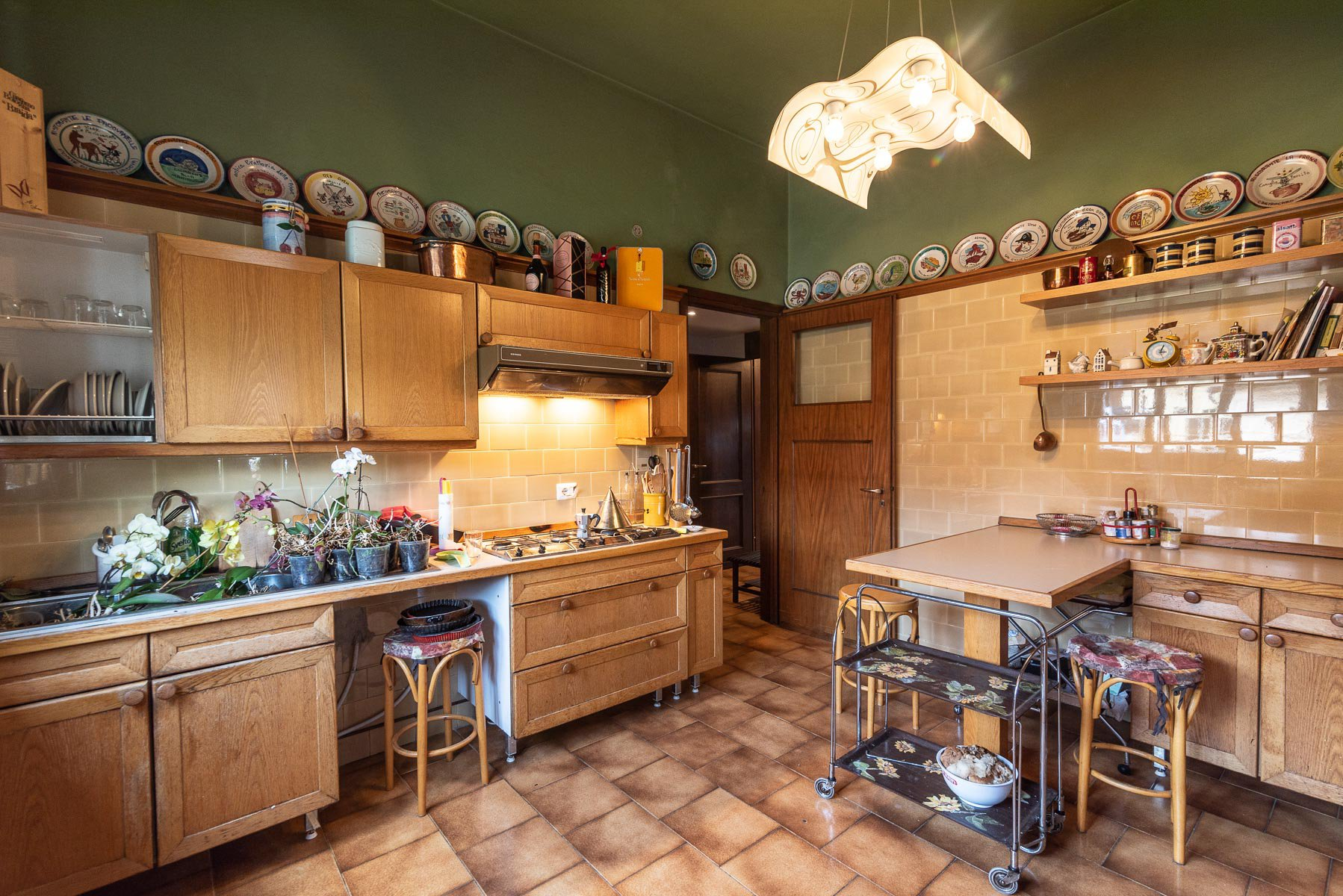Elegant villa with garden for sale in Stresa - wooden kitchen
