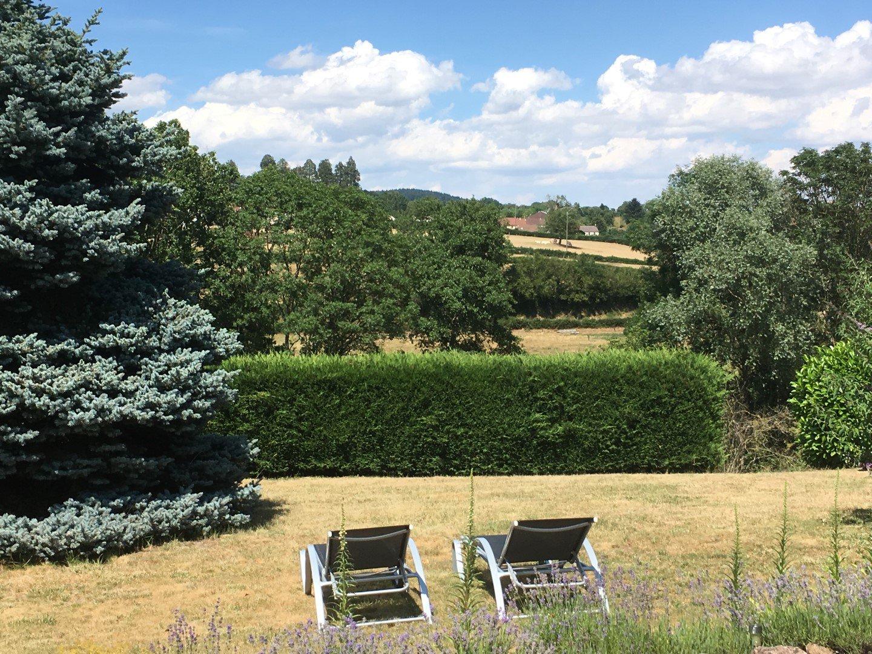 SOUS OFFRE Gerenoveerde fermette met uitzicht in de Bourgogne