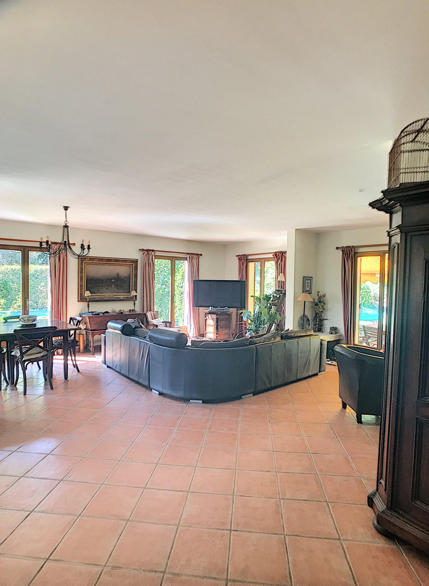 St Jeannet-- 06640- Maison de 300m2 avec piscine