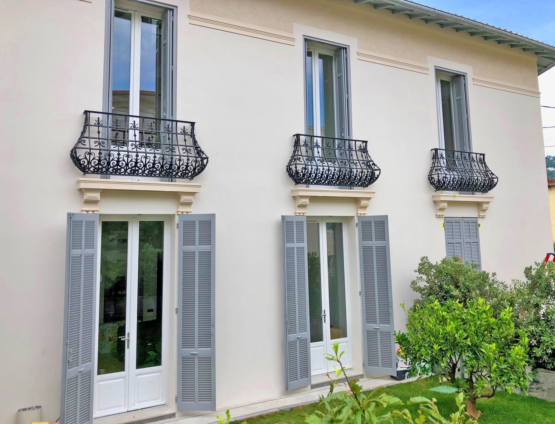 Ideally located walking distance from the Rue d'Antibes