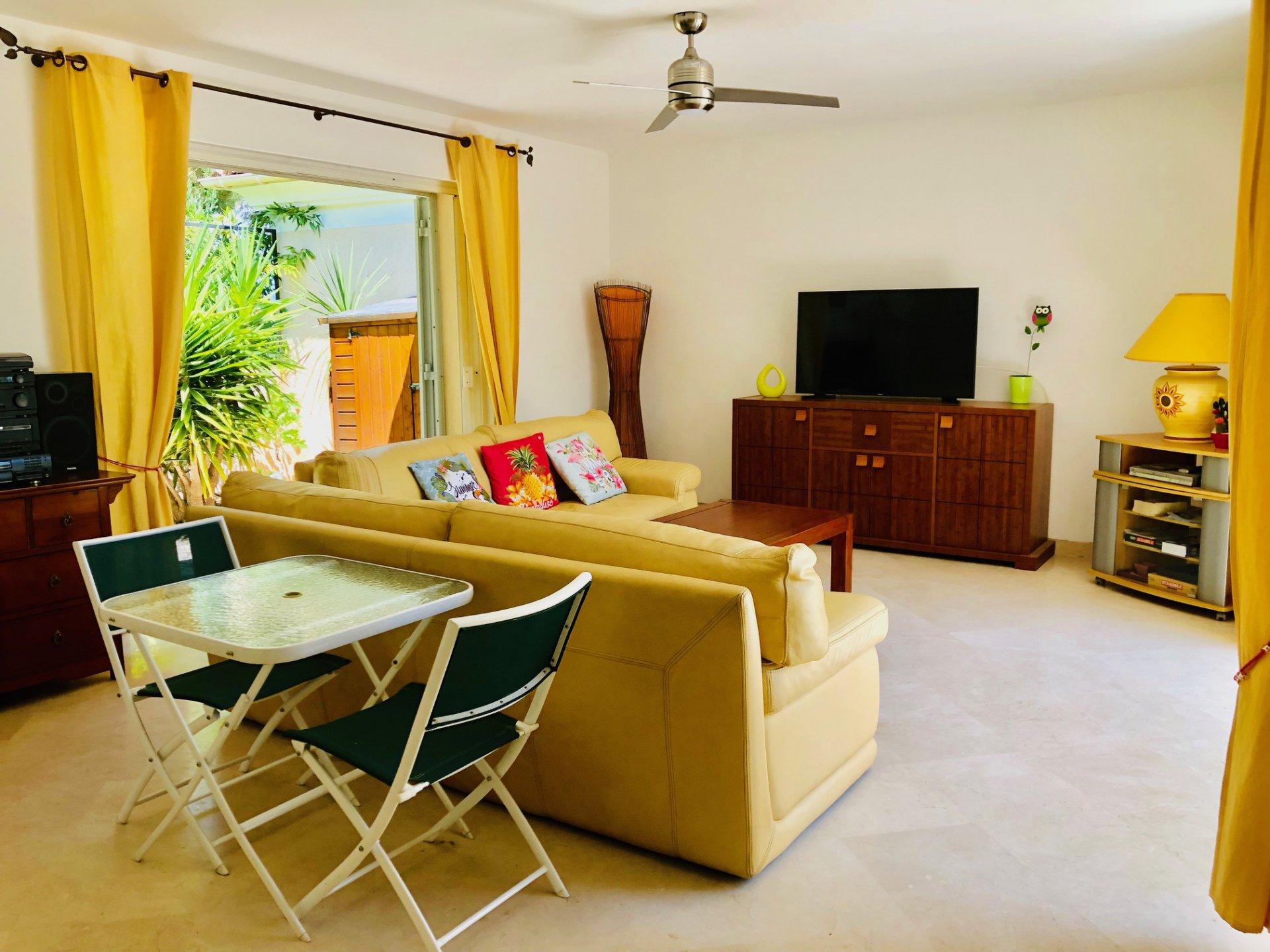 Belle villa patio d'environ 105 m2. Idéal pour les vacances.Entrée sur un joli patio arboré. Salon ...