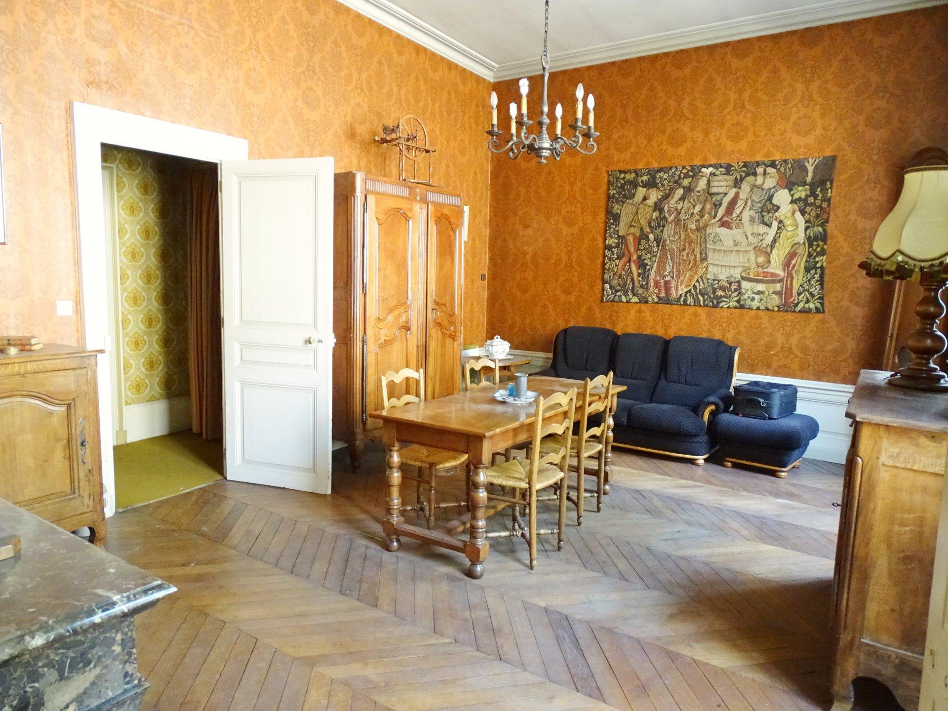 Mâcon, à deux pas de la gare, dans un bel immeuble en pierre, venez découvrir cet appartement de caractère avec ses hauts plafonds, ses moulures, ses cheminées, et ses authentiques parquets en chêne. D'une surface habitable de 115 m², il se compose d'une salle à manger, d'un salon, d'une cuisine, de deux chambres, d'une salle de bains, et d'un toilette. Vous profiterez également d'un agréable jardin privatif. Caves et Greniers complètent ce bien. Bien soumis au régime de la copropriété ( 6 lots  - 180 euros de charges/mois comprenant le chauffage). Honoraires à la charge du vendeur.