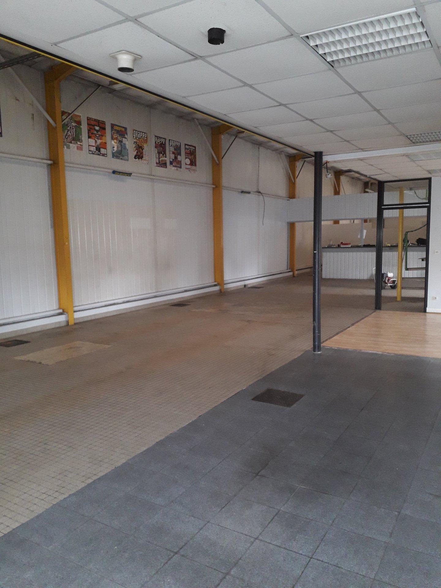 Local - Garage de 300m² avec parking