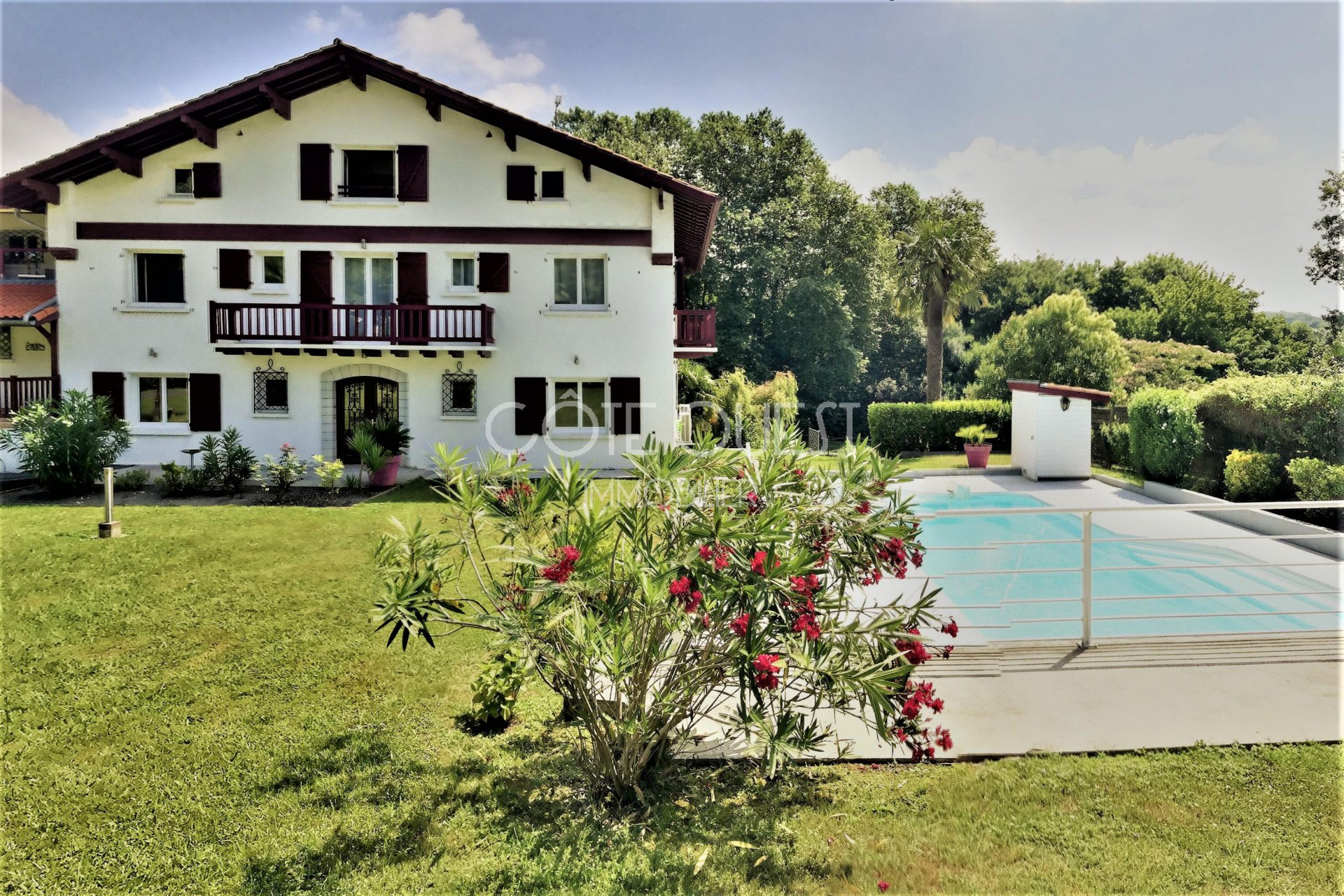 USTARITZ. A BEAUTIFUL 11-ROOM PROPERTY WITH A SWIMMING POOL