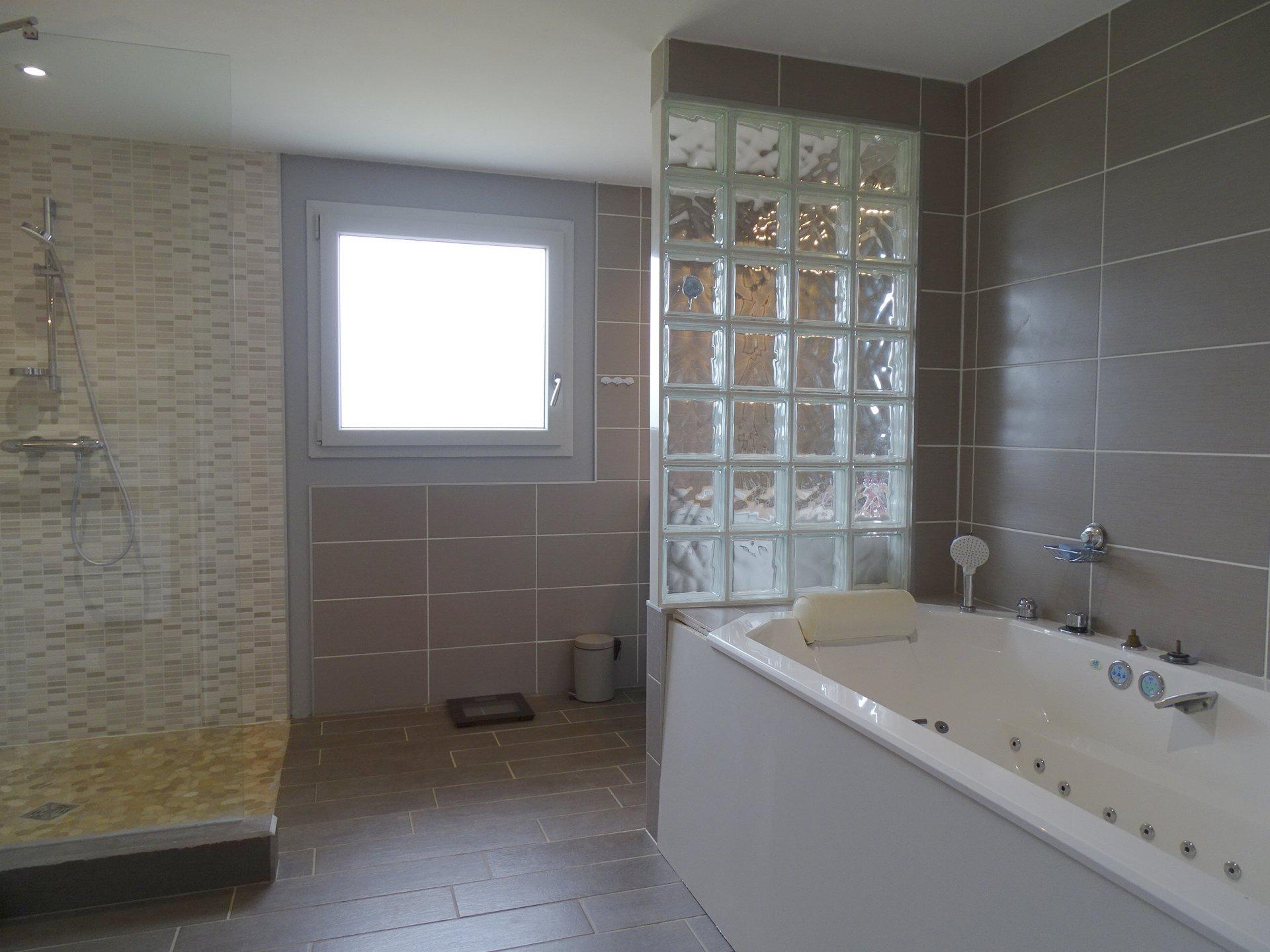 SOUS COMPROMIS DE VENTE A 20 mn de Mâcon, dans le joli village de Peronne disposant de toutes les commodités, jolie villa au calme et hors lotissement.  Entièrement de plain pied, elle se compose d'une belle pièce à vivre avec cuisine équipée, de trois chambres, d'une très grande salle de bain avec douche italienne et baignoire balnéo, d'un wc avec point d'eau et d'un double garage indépendant. Très lumineuse, elle s'ouvre sur un beau terrain de 1200 m² avec vue sur les monts du Mâconnais.  Achevée en 2017, il n'y a aucun travaux à prévoir : chauffage par pompe à chaleur, ballon d'eau thermodynamique, poêle à granule...  Tout a été pensé pour un maximum de confort ! A visiter sans tarder !