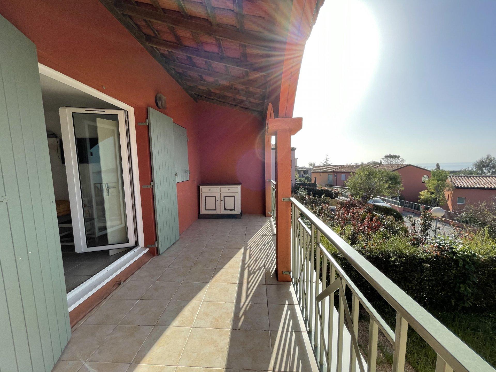 Apartamento con vistas al mar, garaje y parking.
