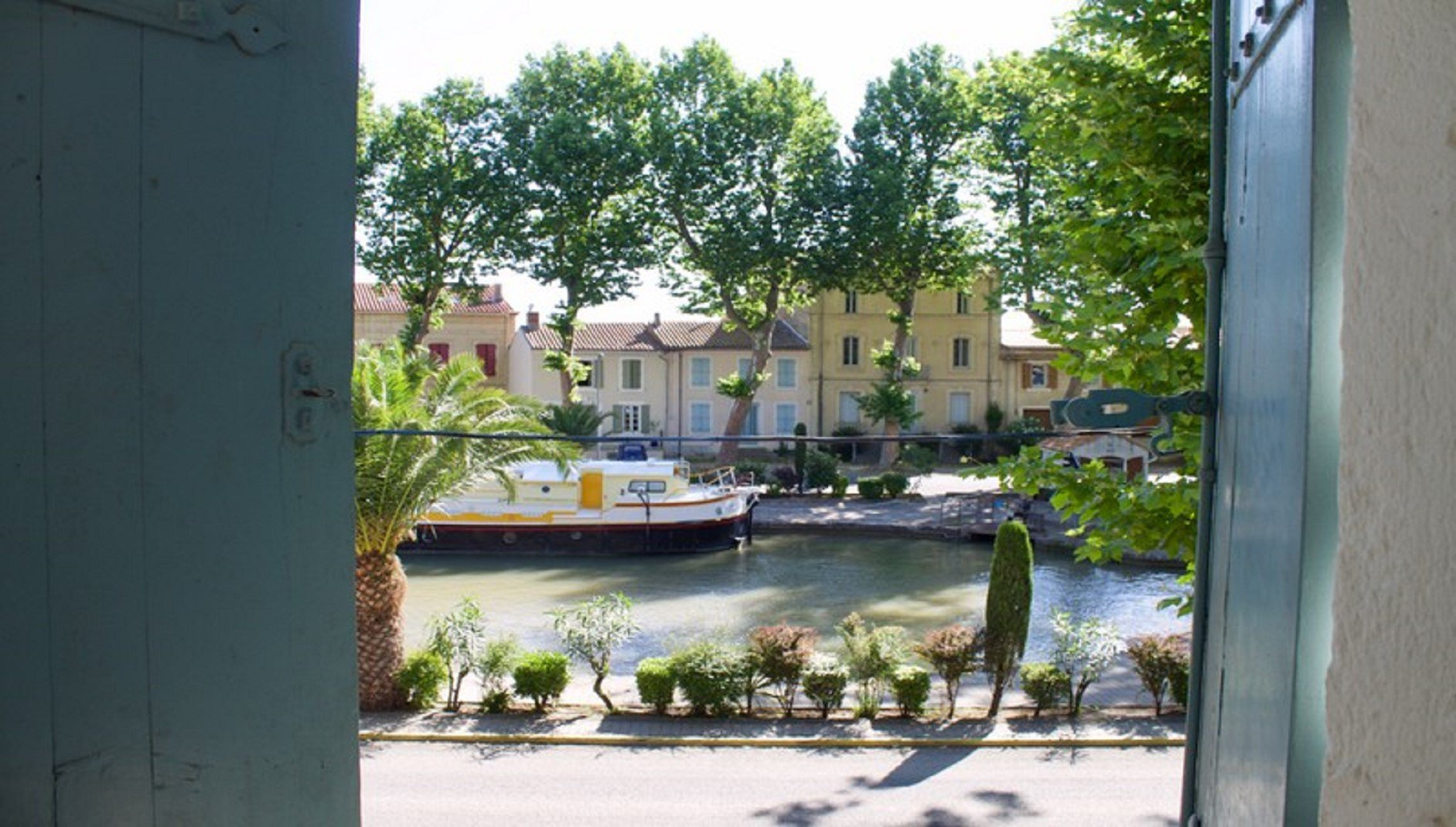 Byhus med terras vid Canal du midi