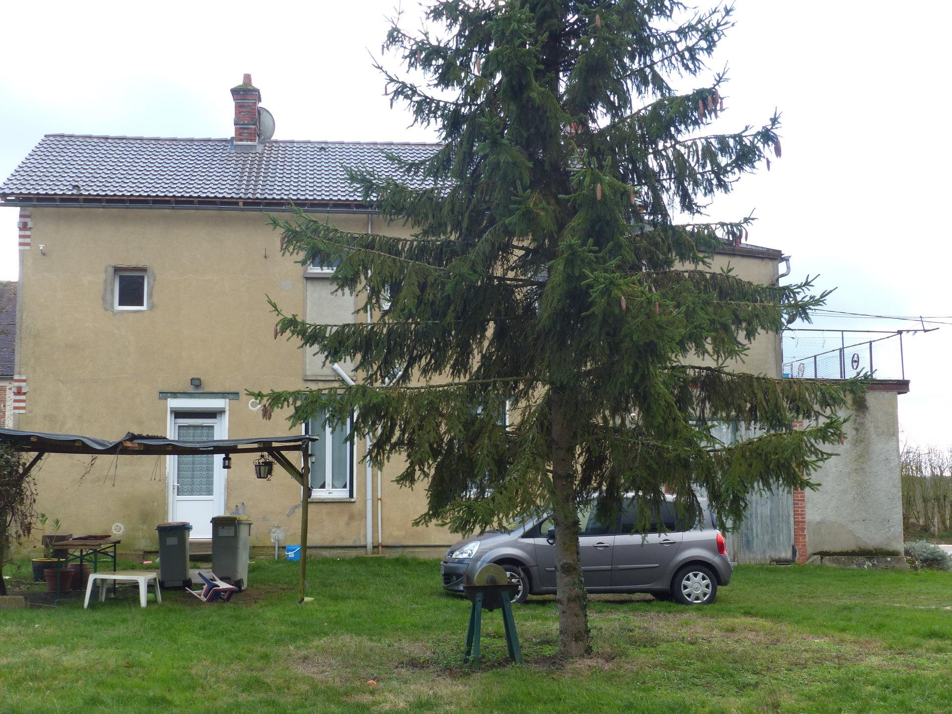 PROCHE EGREVILLE. Terrain clos et arboré de 1605 m² avec dépendances